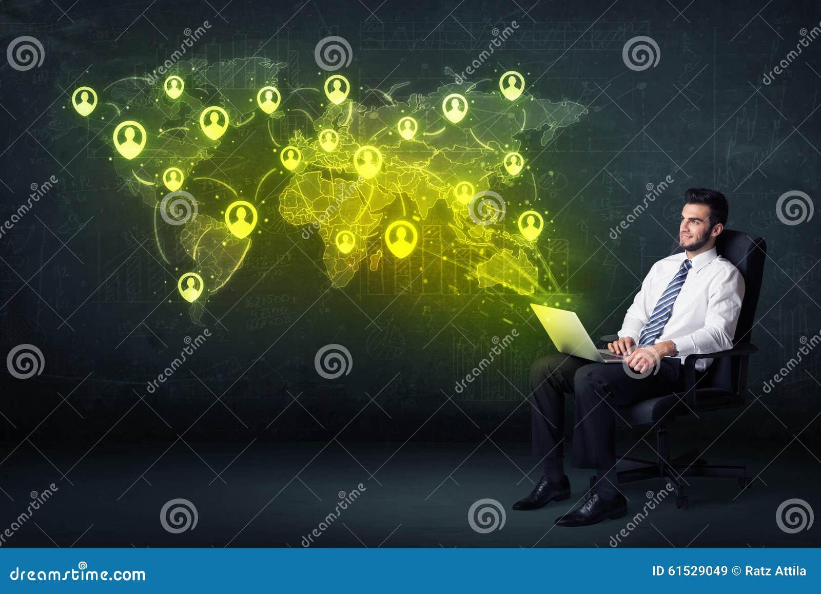 Επιχειρηματίας στην αρχή με το lap-top και τον κοινωνικό παγκόσμιο χάρτη δικτύων