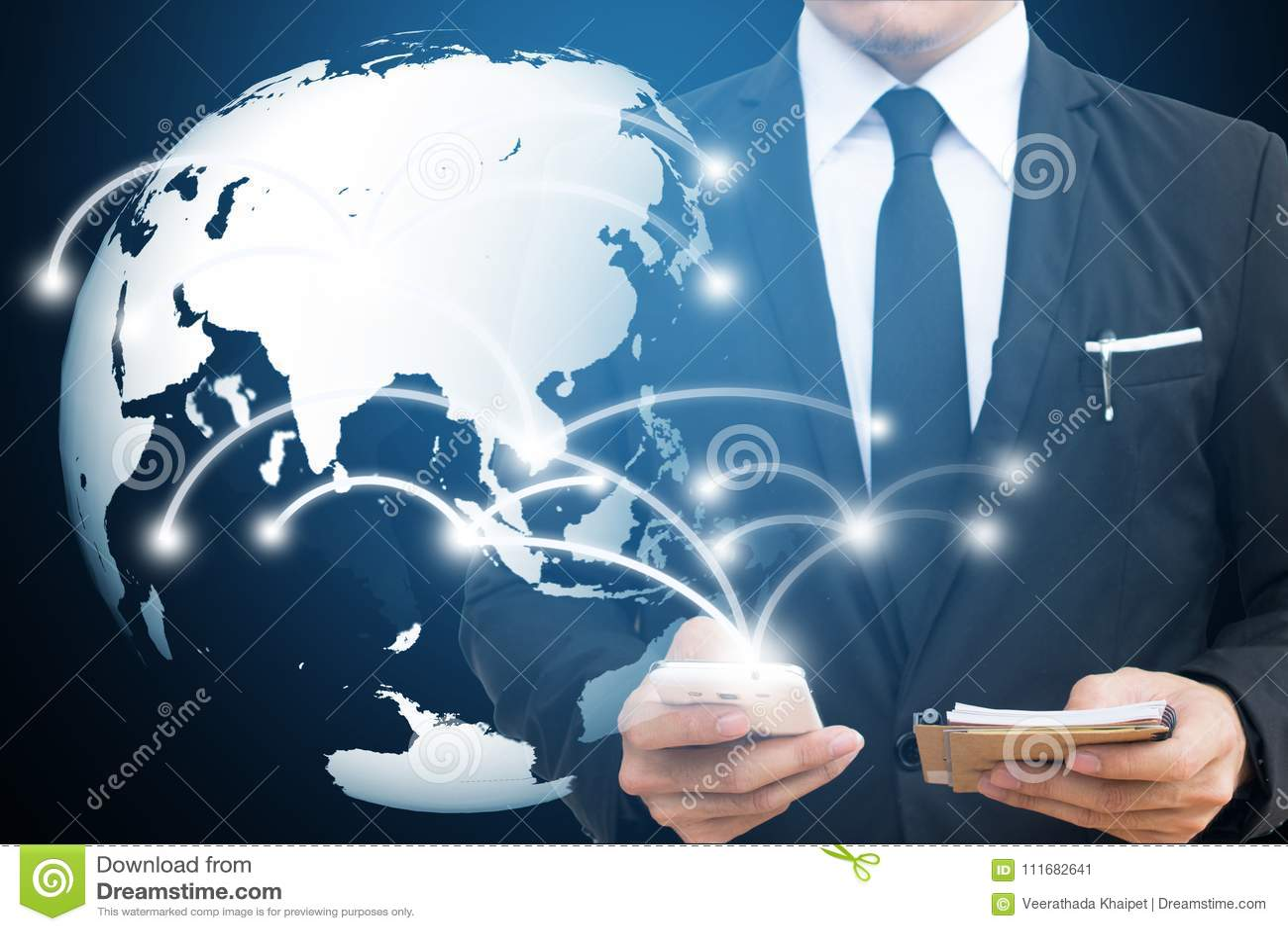 Επιχειρηματίας σχετικά με το παγκόσμιο δίκτυο και το κινητό τηλέφωνο επικοινωνία και κοινωνικές έννοιες μέσων