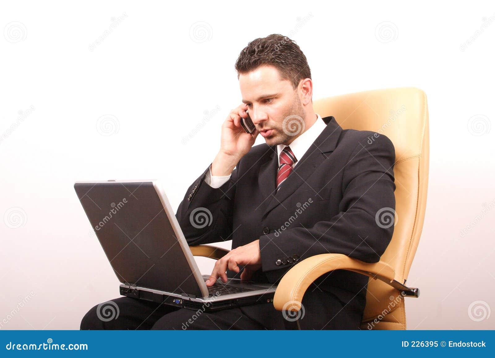 επιχειρηματίας 2 που καλεί το όμορφο lap-top