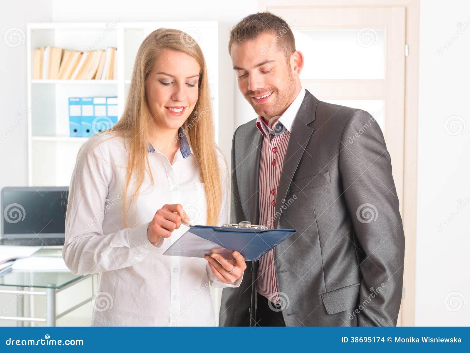 Επιχειρηματίες που διαβάζουν ένα έγγραφο από κοινού