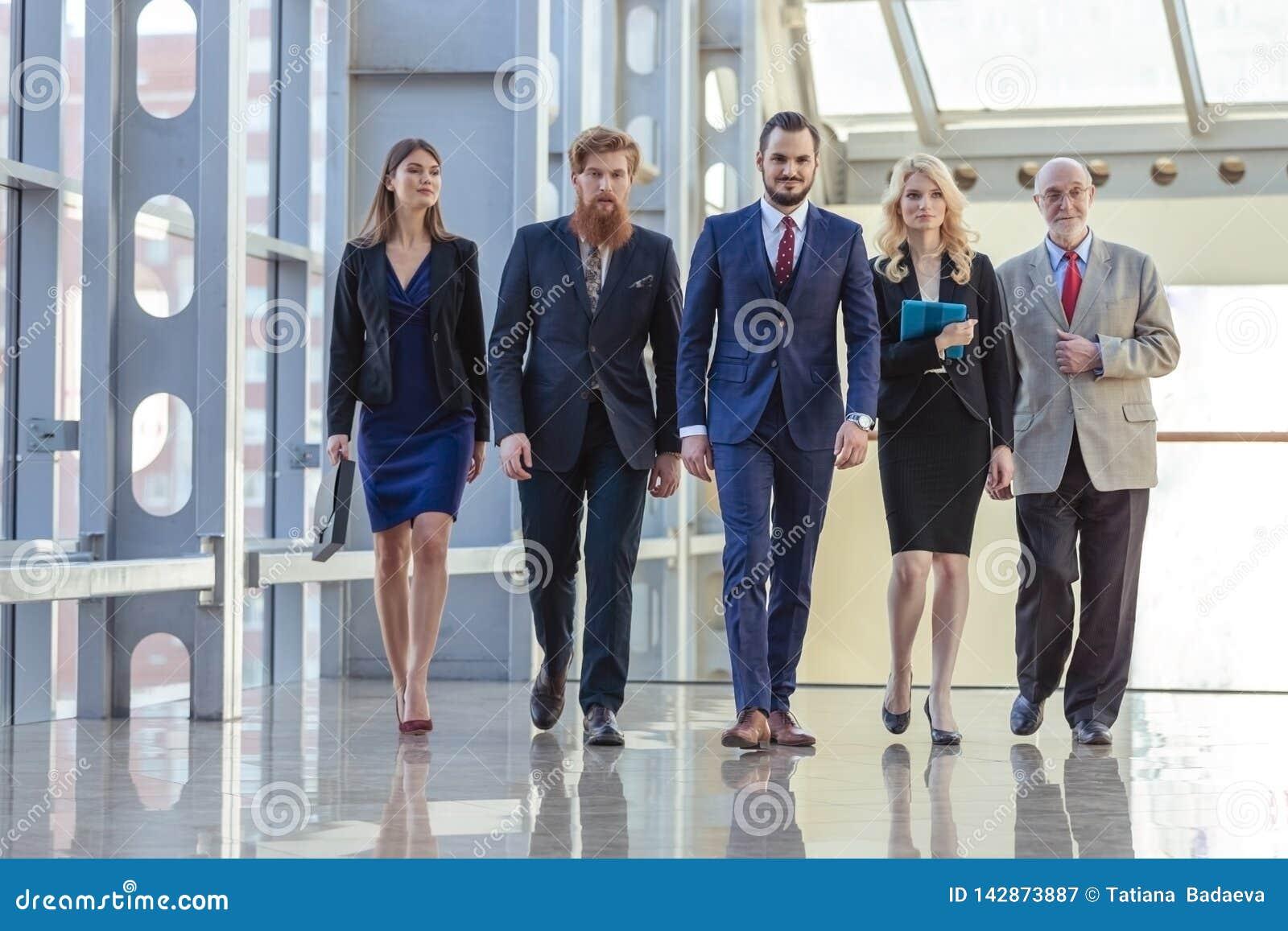 Επιχειρηματίες που περπατούν το διάδρομο
