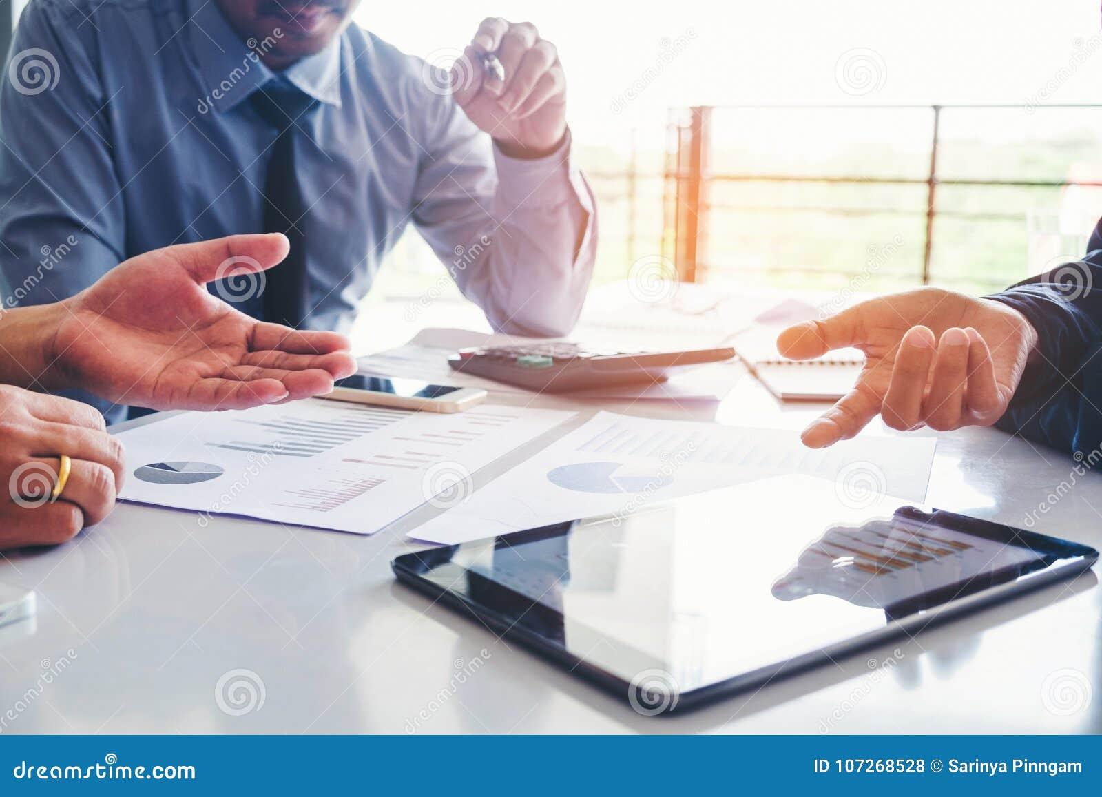 Επιχειρηματίες που συναντούν την ανάλυση στρατηγικής προγραμματισμού στο νέο busine