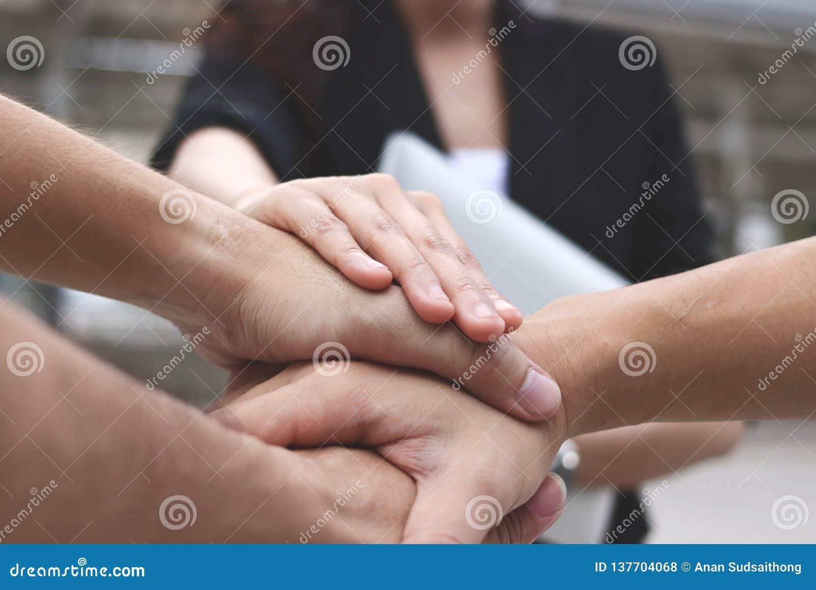 Επιχειρηματίες που συσσωρεύουν τα χέρια από κοινού Επιτυχής και έννοια ομαδικής εργασίας