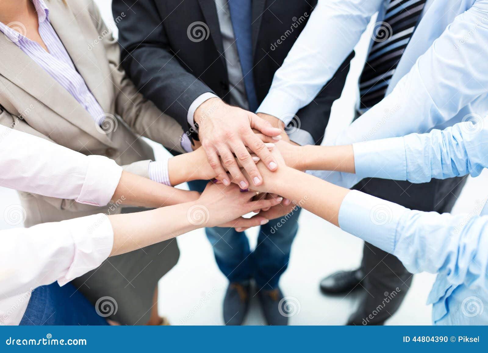 Επιχειρηματίες που συσσωρεύουν τα χέρια