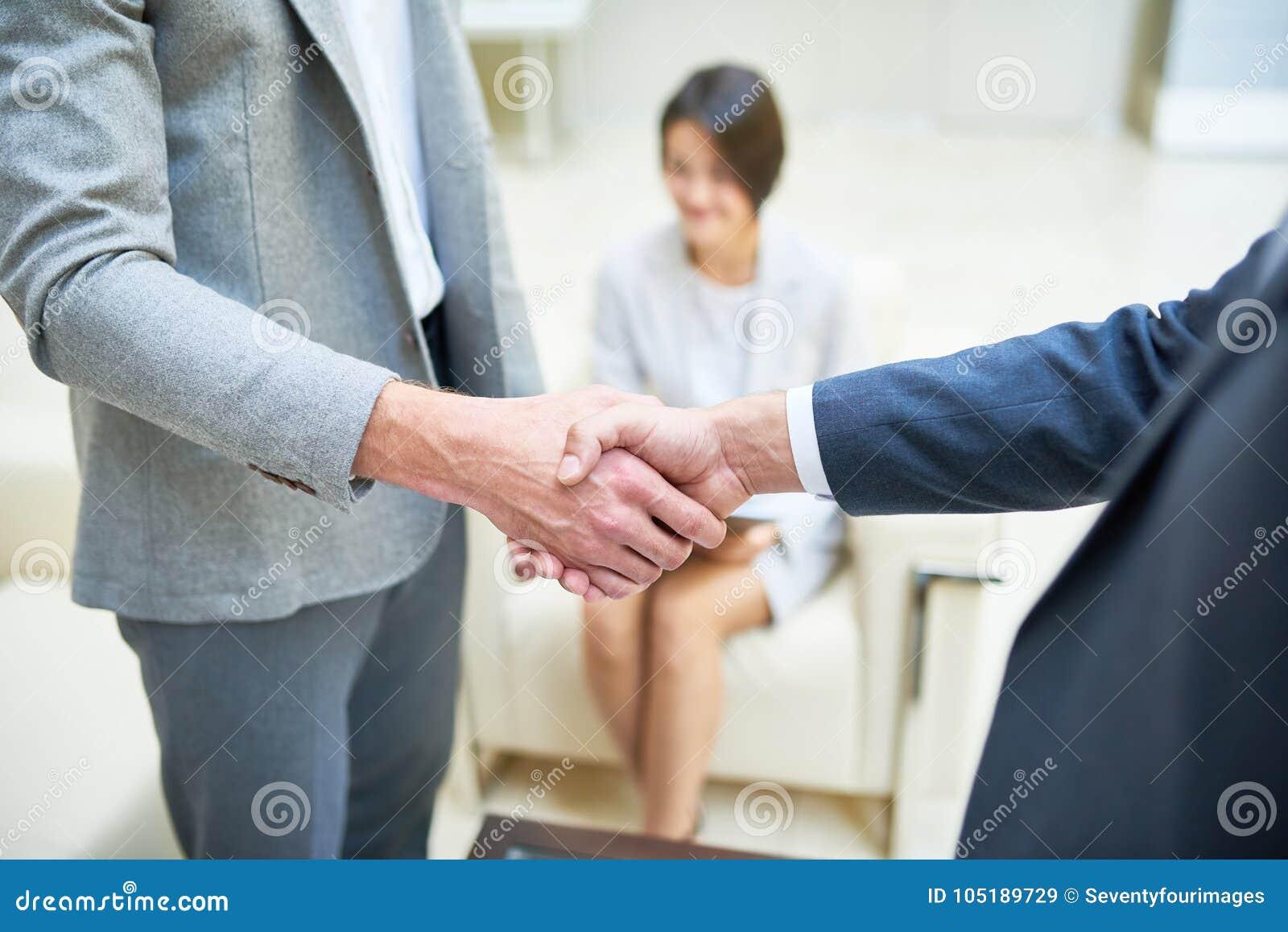 Επιχειρηματίες που τινάζουν τα χέρια κοντά επάνω