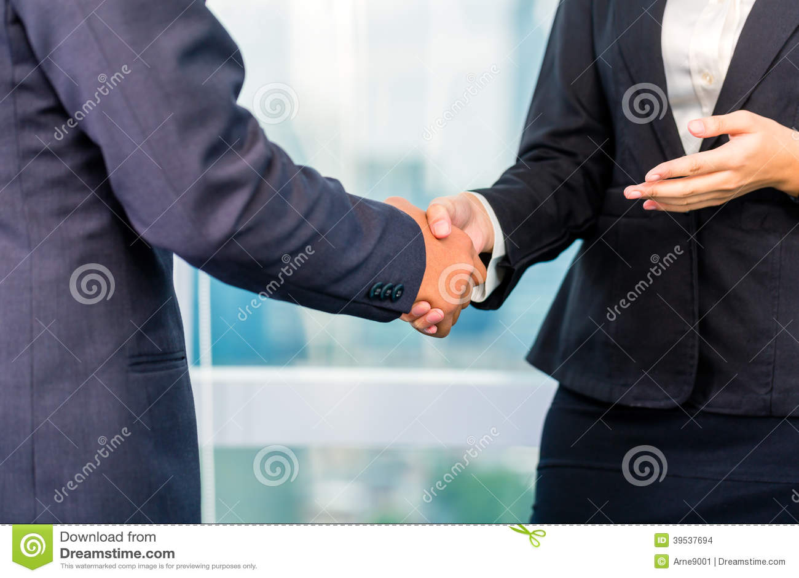 Επιχειρηματίες που τινάζουν τα χέρια