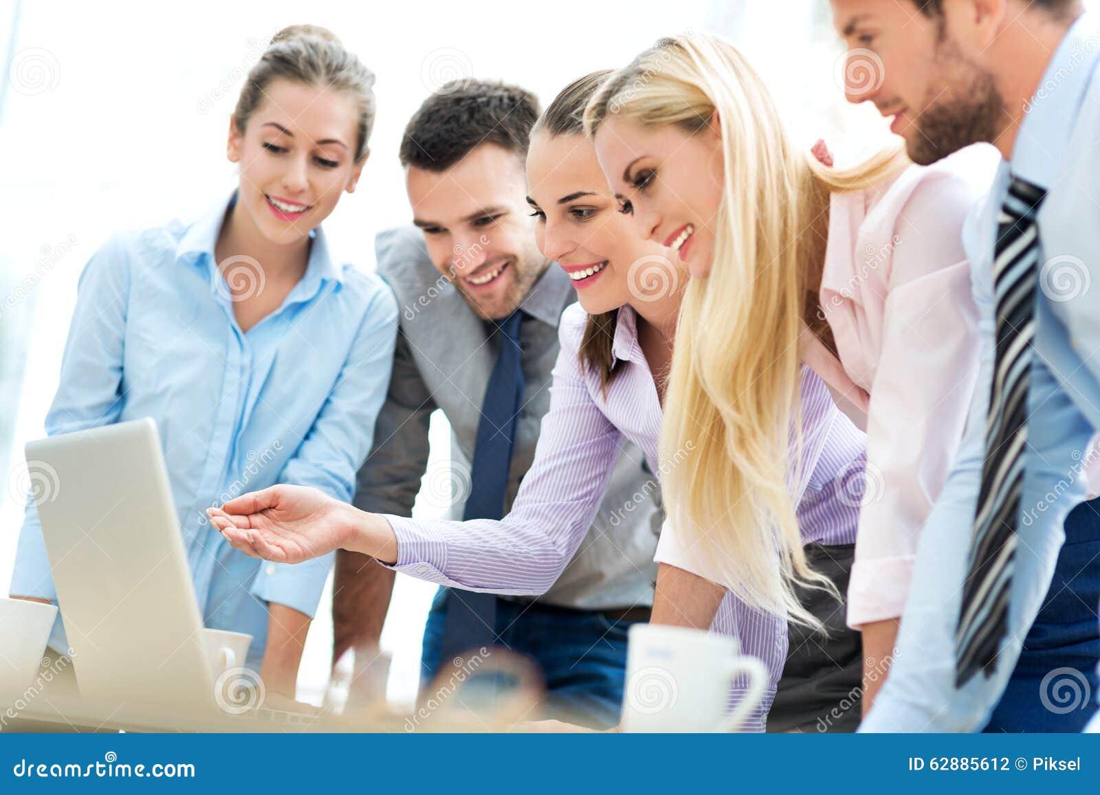 Επιχειρηματίες που χρησιμοποιούν το lap-top από κοινού