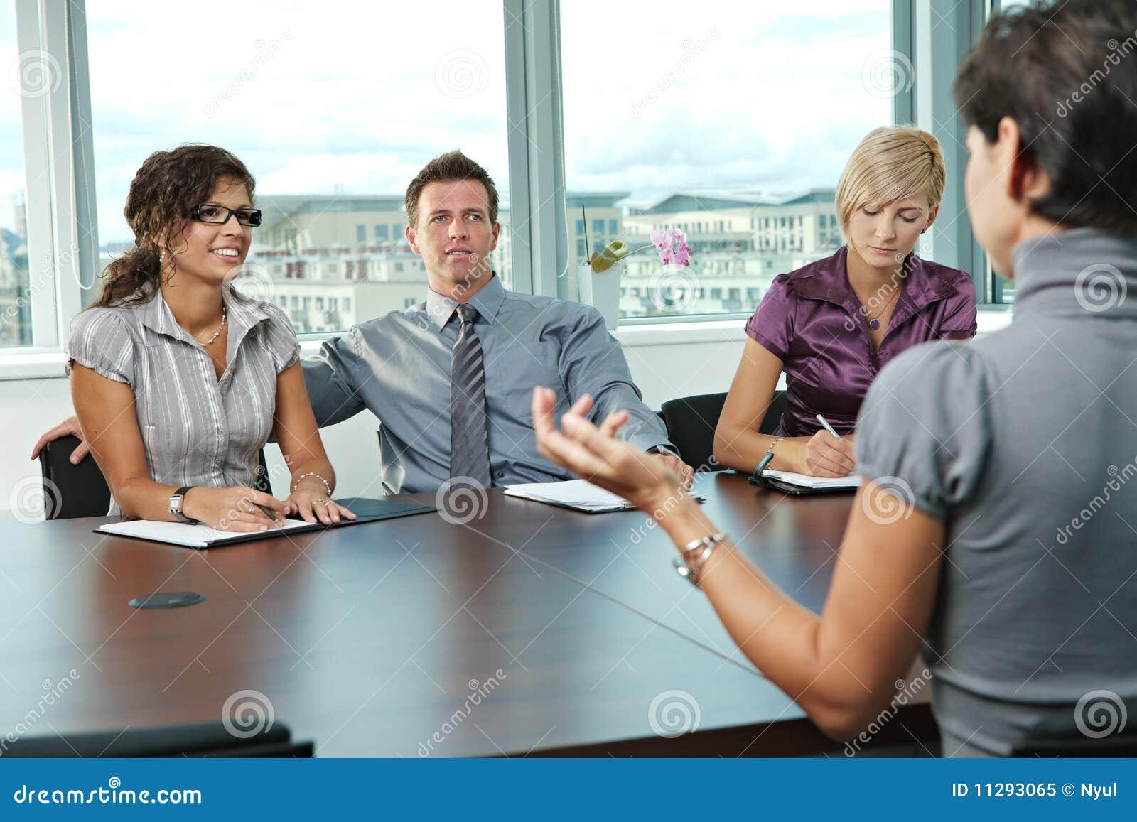 Επιχειρηματίες στη συνέντευξη εργασίας