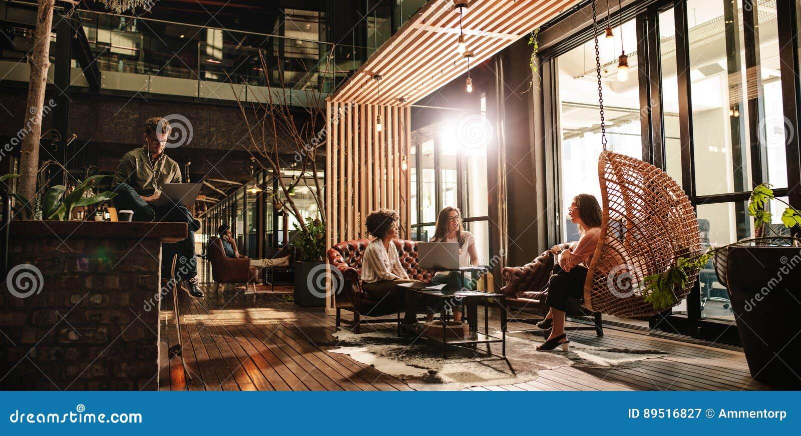 Επιχειρηματίες στο σύγχρονο γραφείο