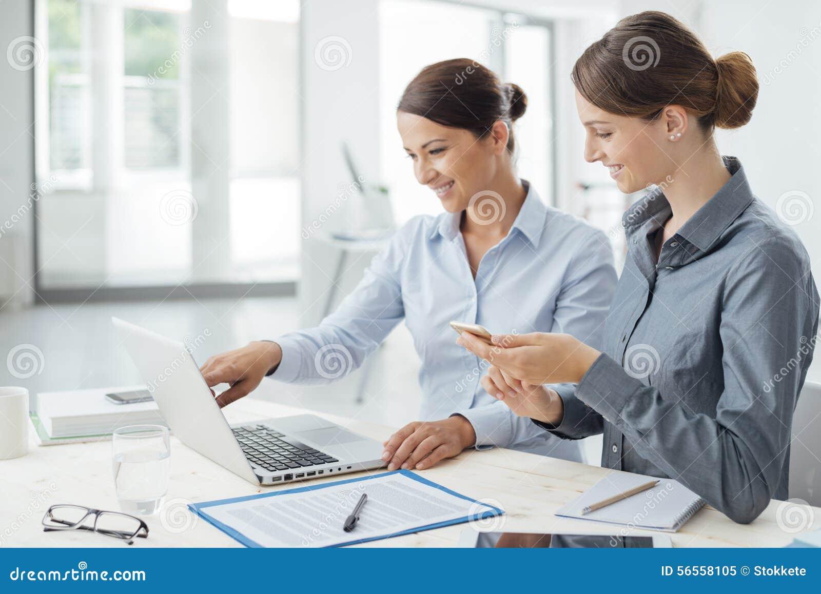 Download Επιχειρησιακές γυναίκες που εργάζονται μαζί σε ένα Lap-top Στοκ Εικόνα - εικόνα από διαδίκτυο, πουκάμισο: 56558105