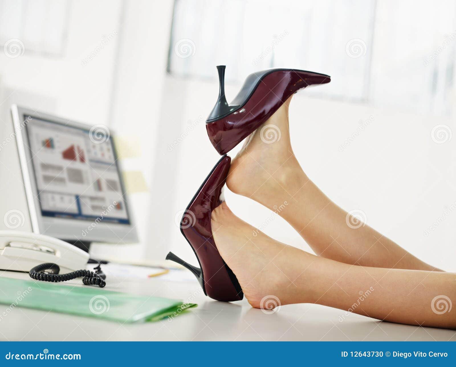 Επιχειρησιακή γυναίκα που βγάζει τα παπούτσια