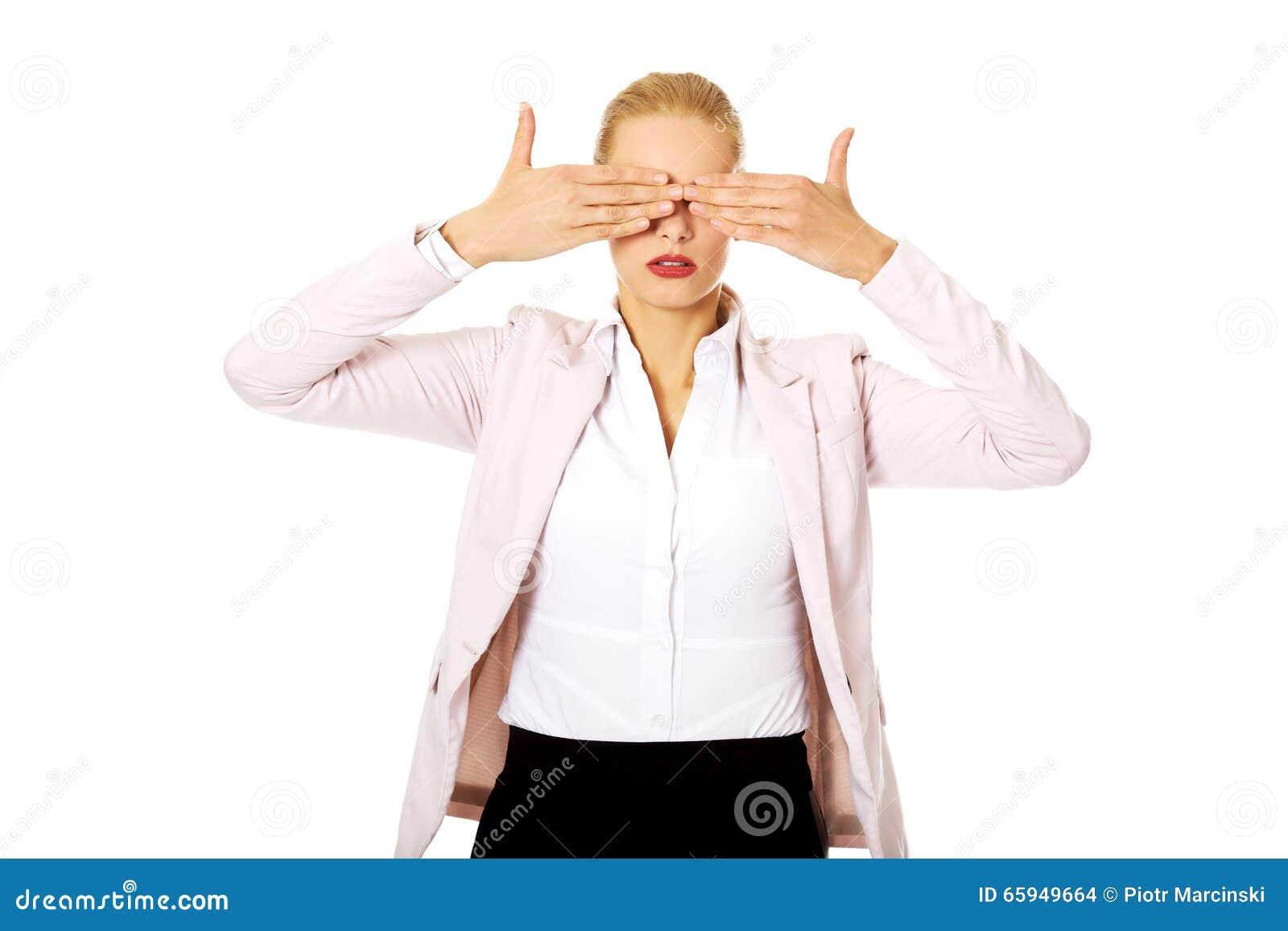 Επιχειρησιακή γυναίκα που καλύπτει τα μάτια της με τα χέρια της Μην δείτε καμία κακή έννοια