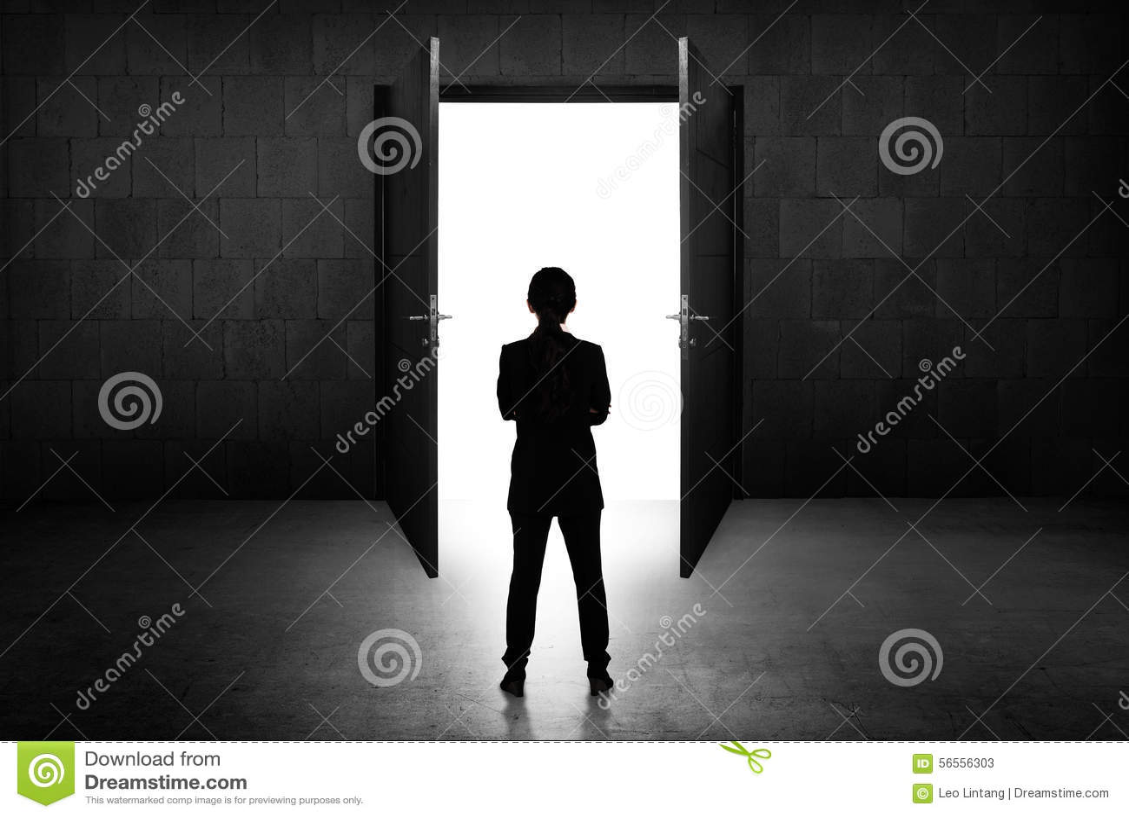 Download Επιχειρησιακή γυναίκα που πηγαίνει στη ανοιχτή πόρτα Στοκ Εικόνα - εικόνα από πόρτα, εσωτερικός: 56556303