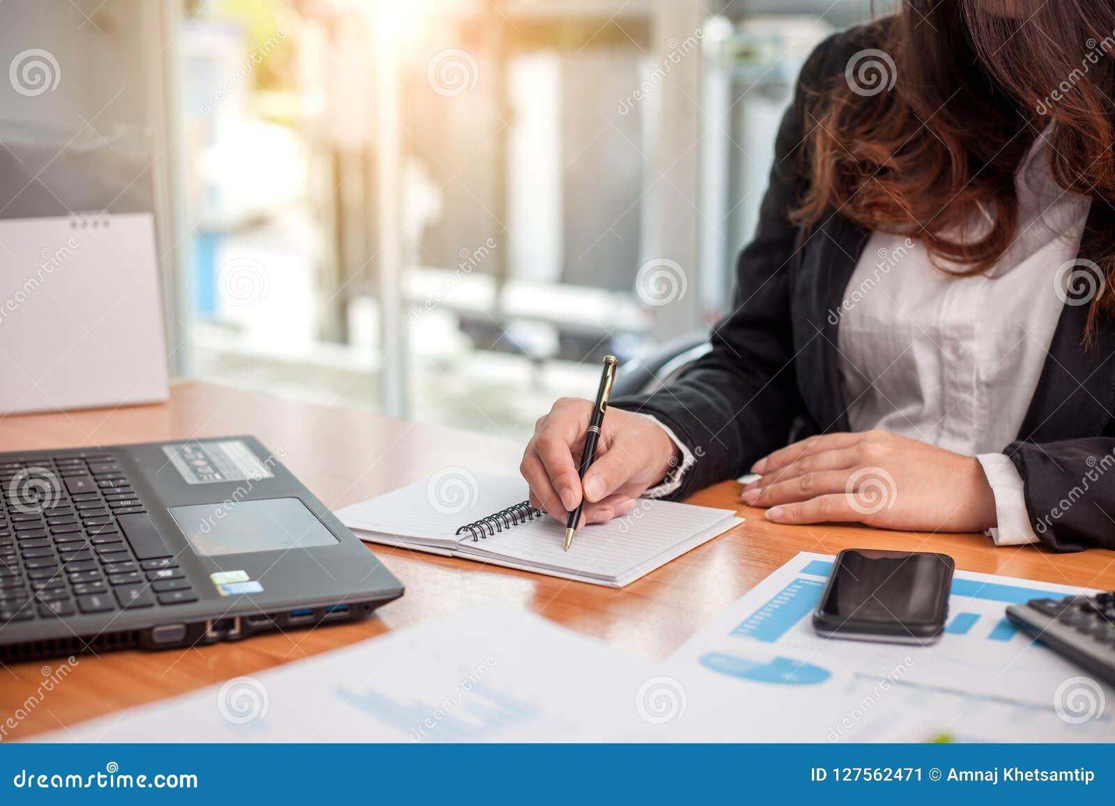 Επιχειρησιακή γυναίκα στην εργασία με οικονομικό
