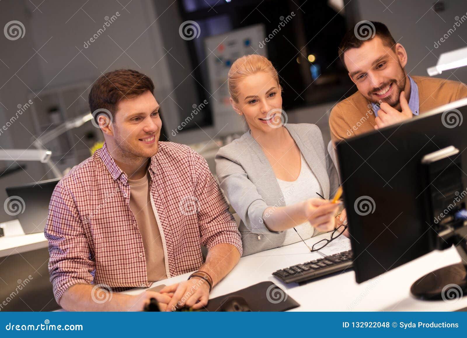 Επιχειρησιακή ομάδα με τον υπολογιστή που λειτουργεί αργά στο γραφείο