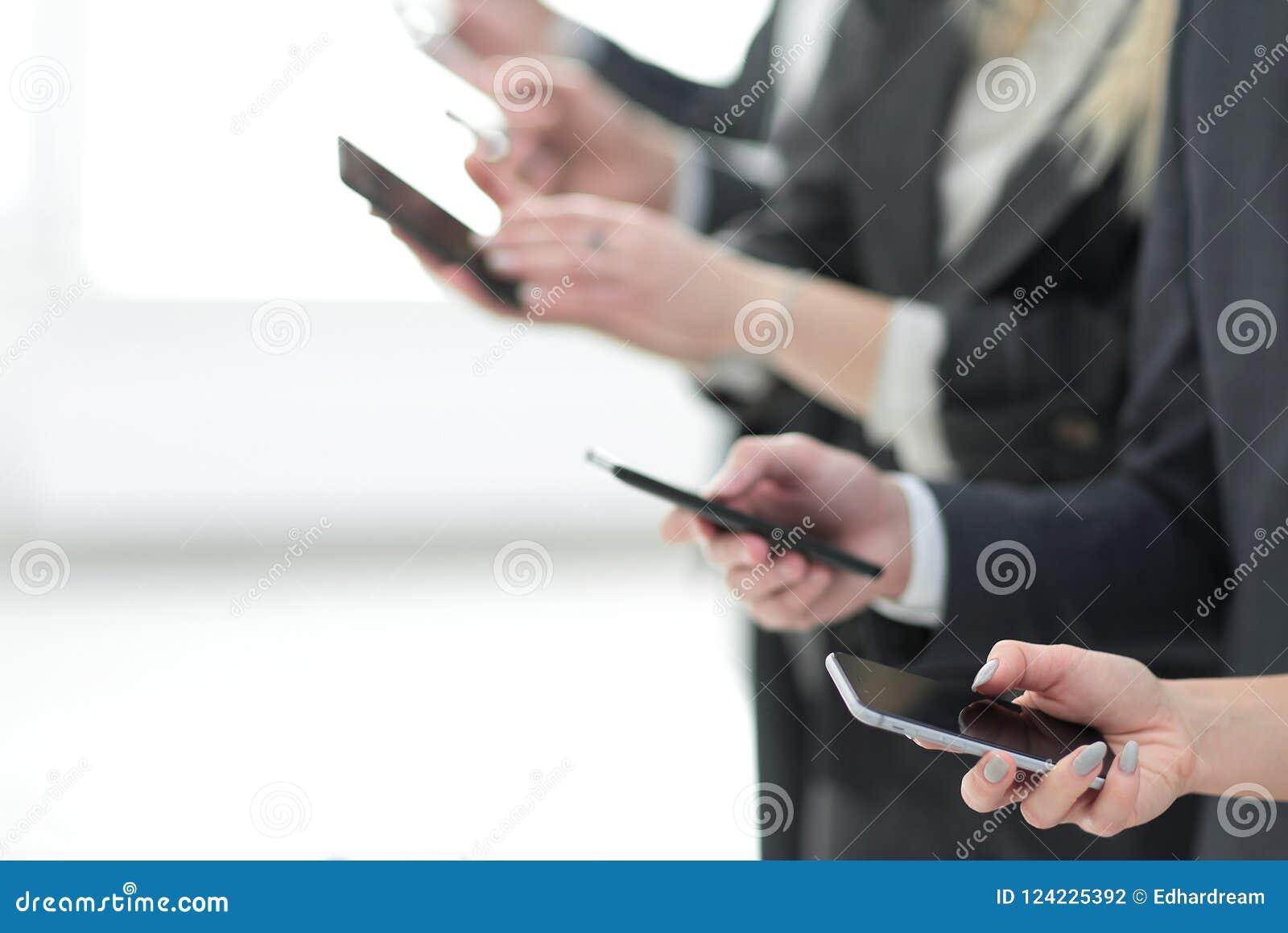 Επιχειρησιακή ομάδα που εξετάζει τις οθόνες των smartphones τους