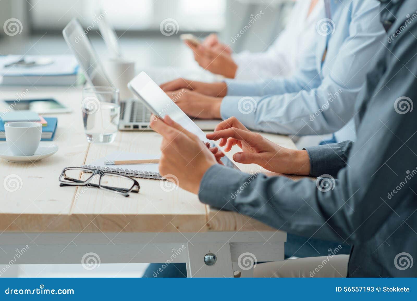 Download Επιχειρησιακή ομάδα που εργάζεται στο γραφείο γραφείων Στοκ Εικόνα - εικόνα από πείρα, επιχειρηματίας: 56557193