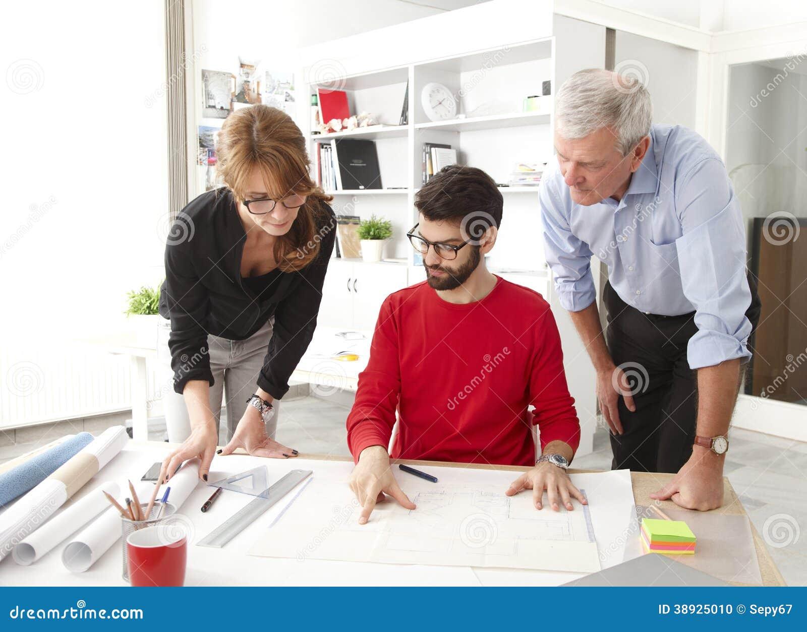 Επιχειρησιακή ομάδα στο μικρό στούντιο αρχιτεκτόνων