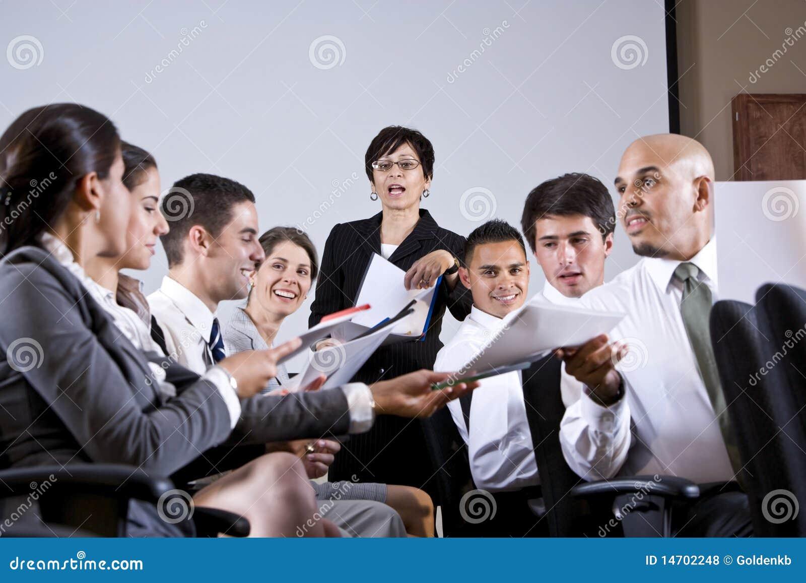 Επιχειρησιακή παρουσίαση ομάδας που διανέμει τα έγγραφα