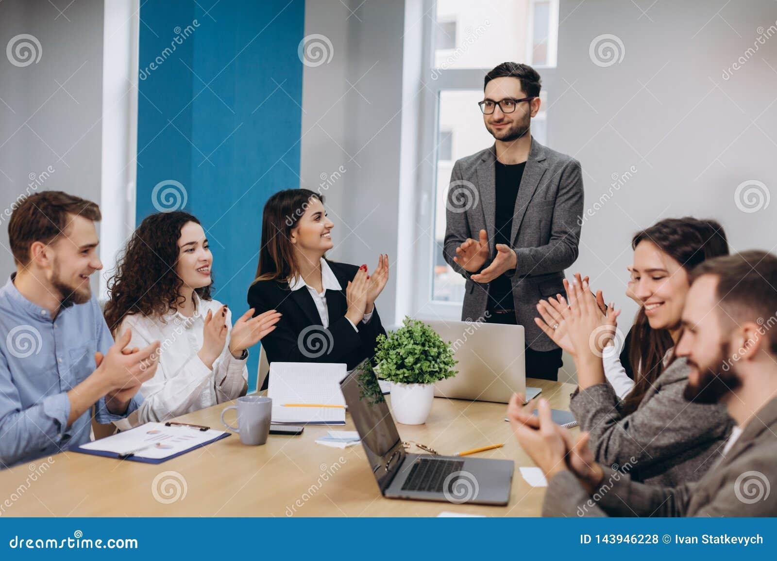 Επιχειρησιακή συνεδρίαση σε ένα σύγχρονο γραφείο
