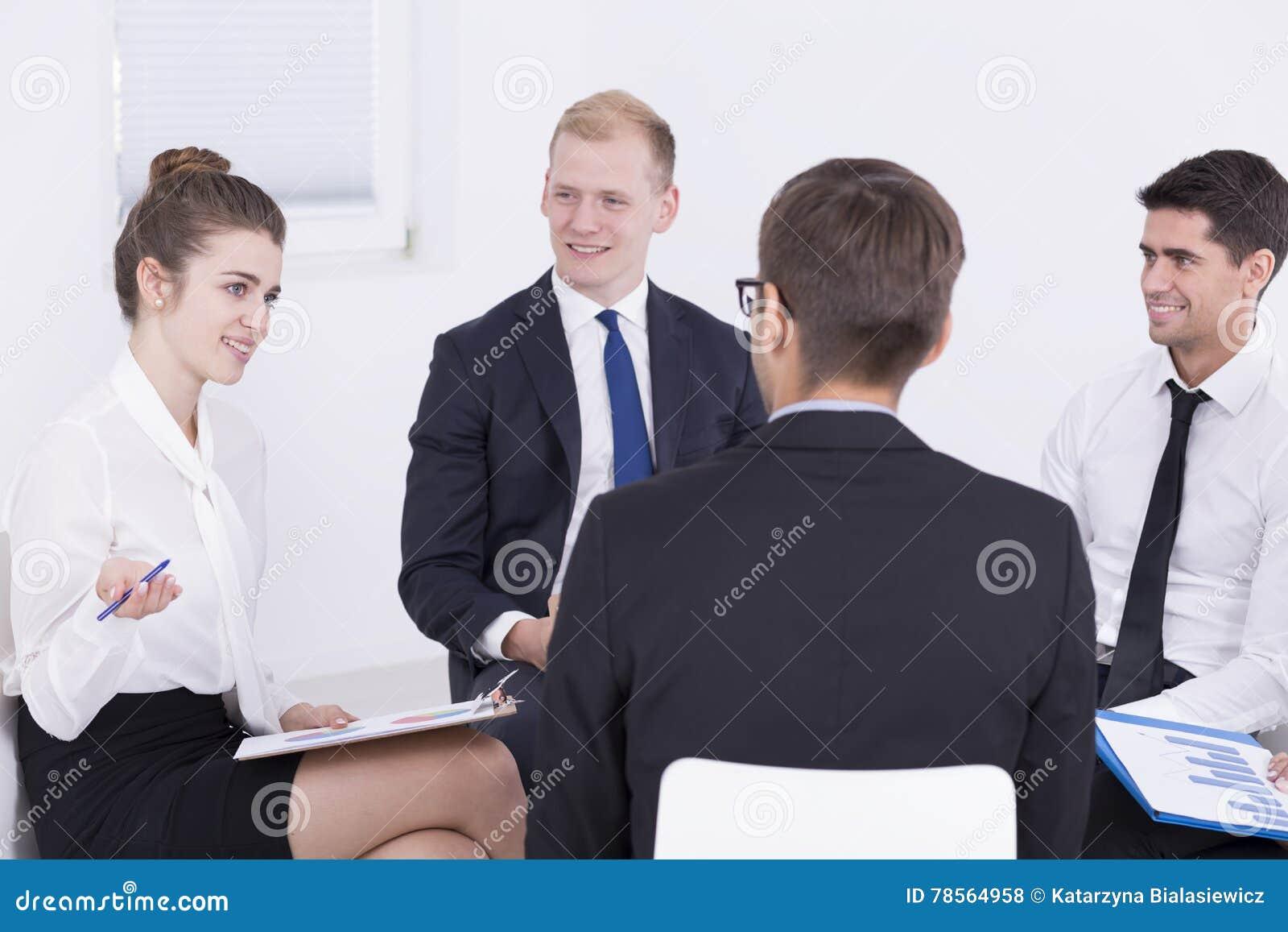 Επιχειρησιακή συνεδρίαση σε μια συμπαθητική ατμόσφαιρα