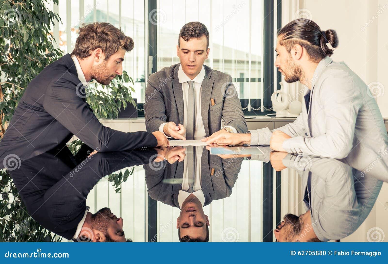 Επιχειρησιακή συνεδρίαση στο γραφείο