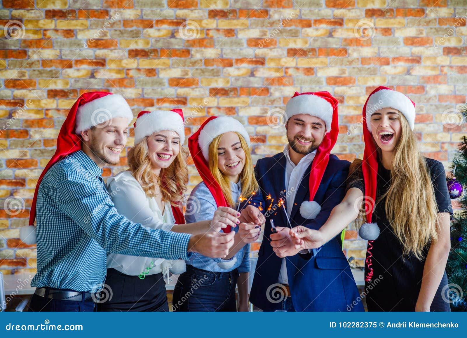 Επιχειρησιακοί συνάδελφοι στη γιορτή Χριστουγέννων γραφείων χρυσή ιδιοκτησία βασικών πλήκτρων επιχειρησιακής έννοιας που φθάνει σ