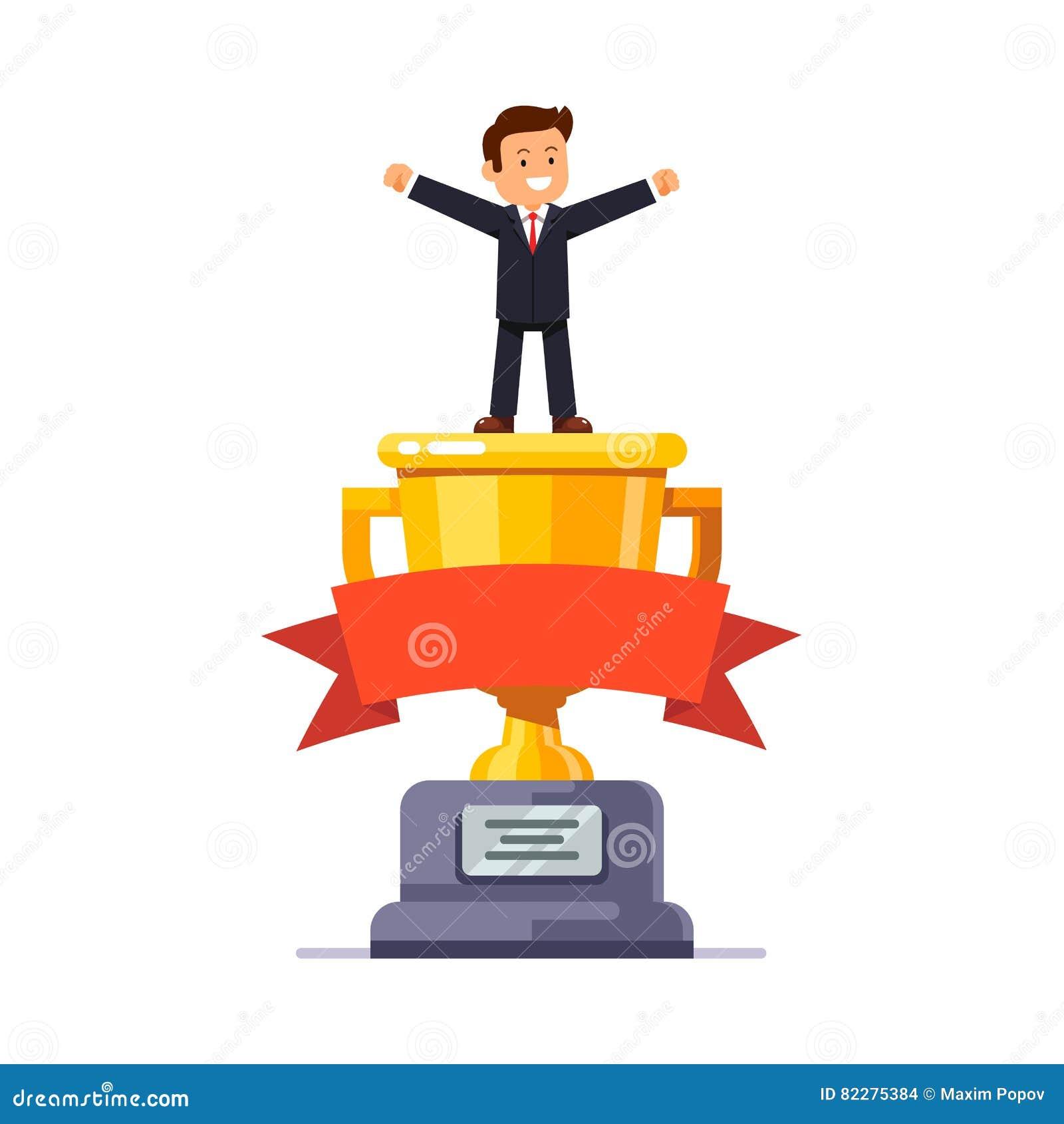 Επιχειρησιακός ηγέτης που στέκεται στο μεγάλο χρυσό φλυτζάνι νικητών