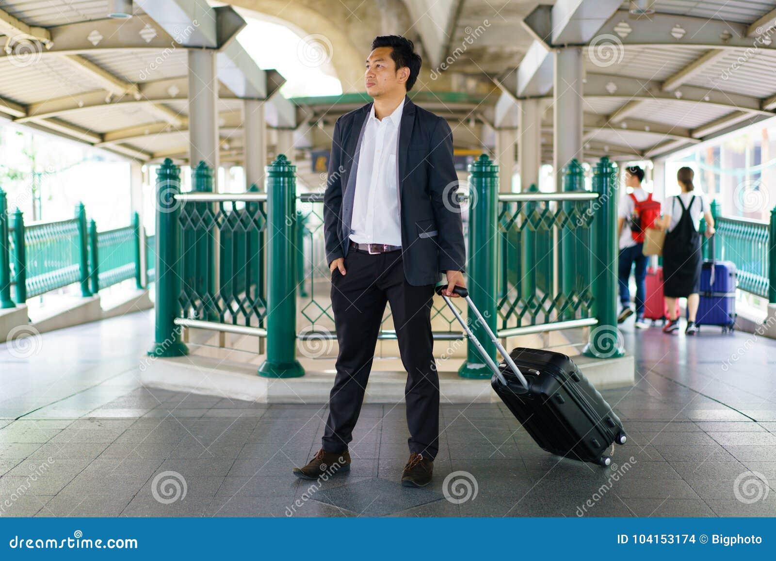 Επιχειρησιακός ταξιδιώτης που τραβά τη βαλίτσα