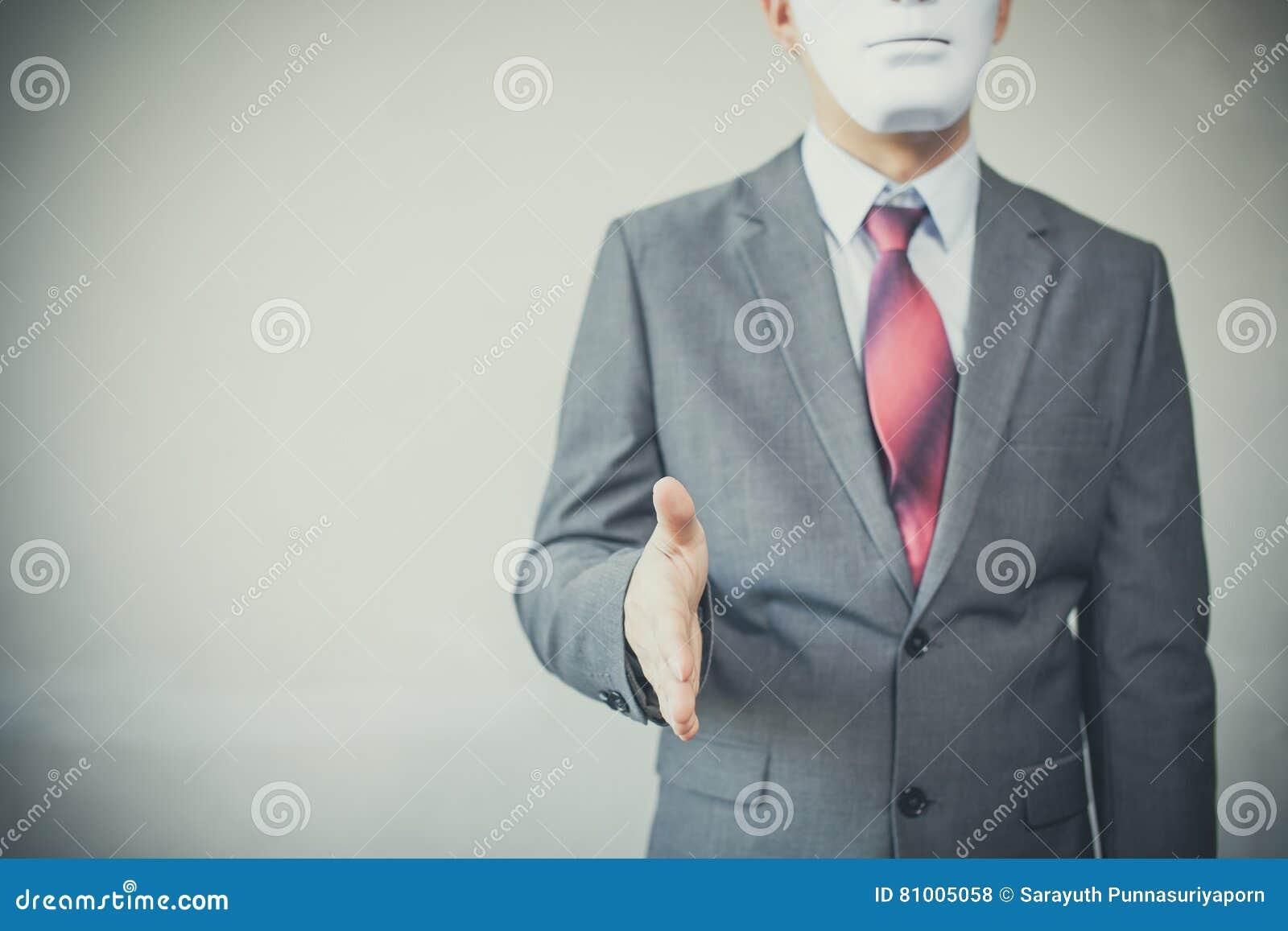 Επιχειρησιακό άτομο που δίνει το ανέντιμο κρύψιμο χειραψιών στη μάσκα - επιχειρησιακή απάτη και συμφωνία υποκριτών