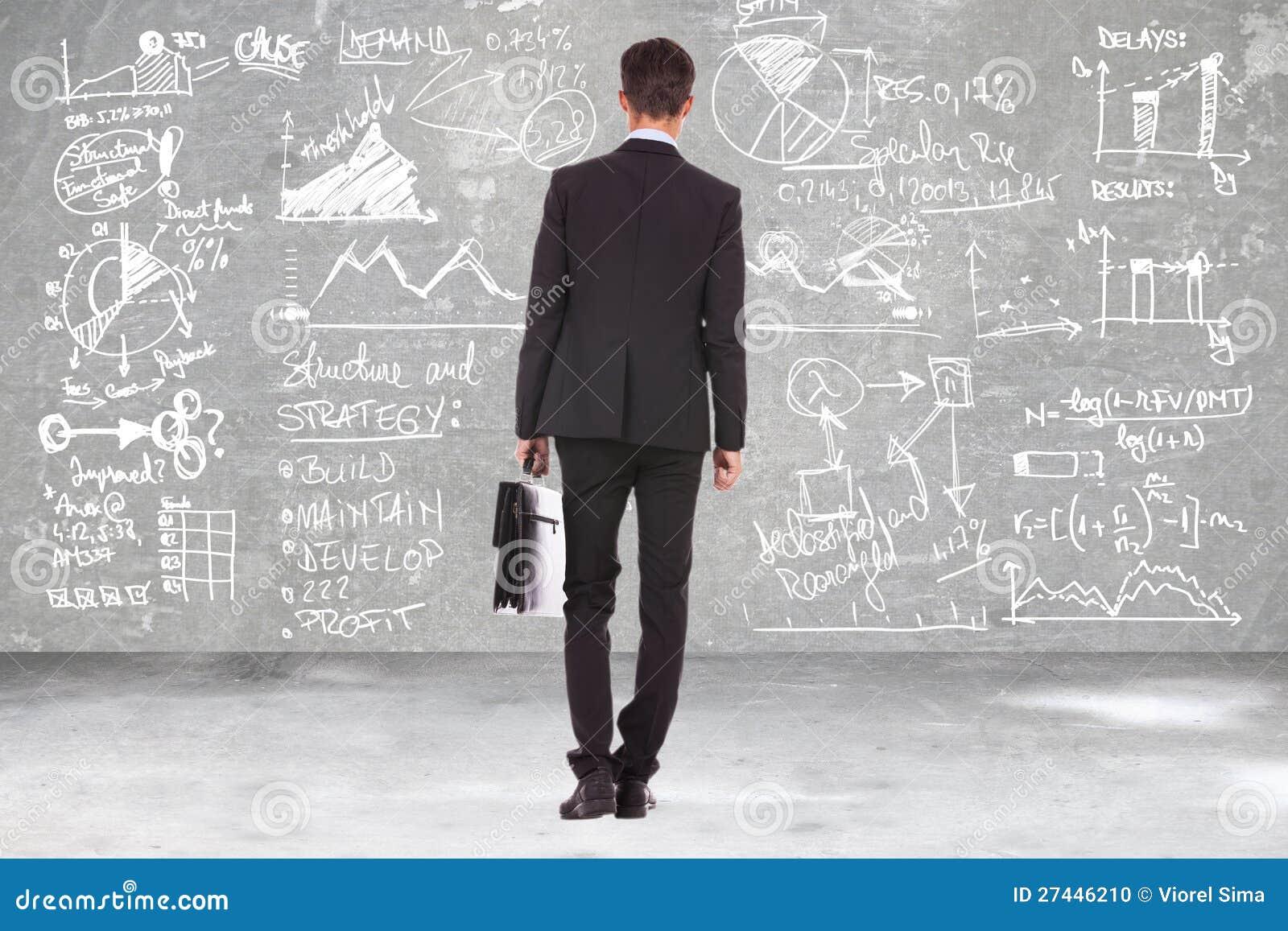 Επιχειρησιακό άτομο που εξετάζει τους υπολογισμούς