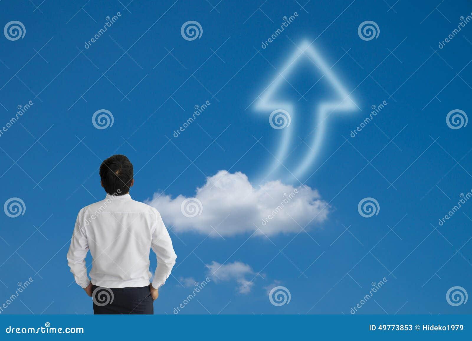 Επιχειρησιακό άτομο που κοιτάζει σκόπιμα μακριά με το σύννεφο και το μπλε βελών