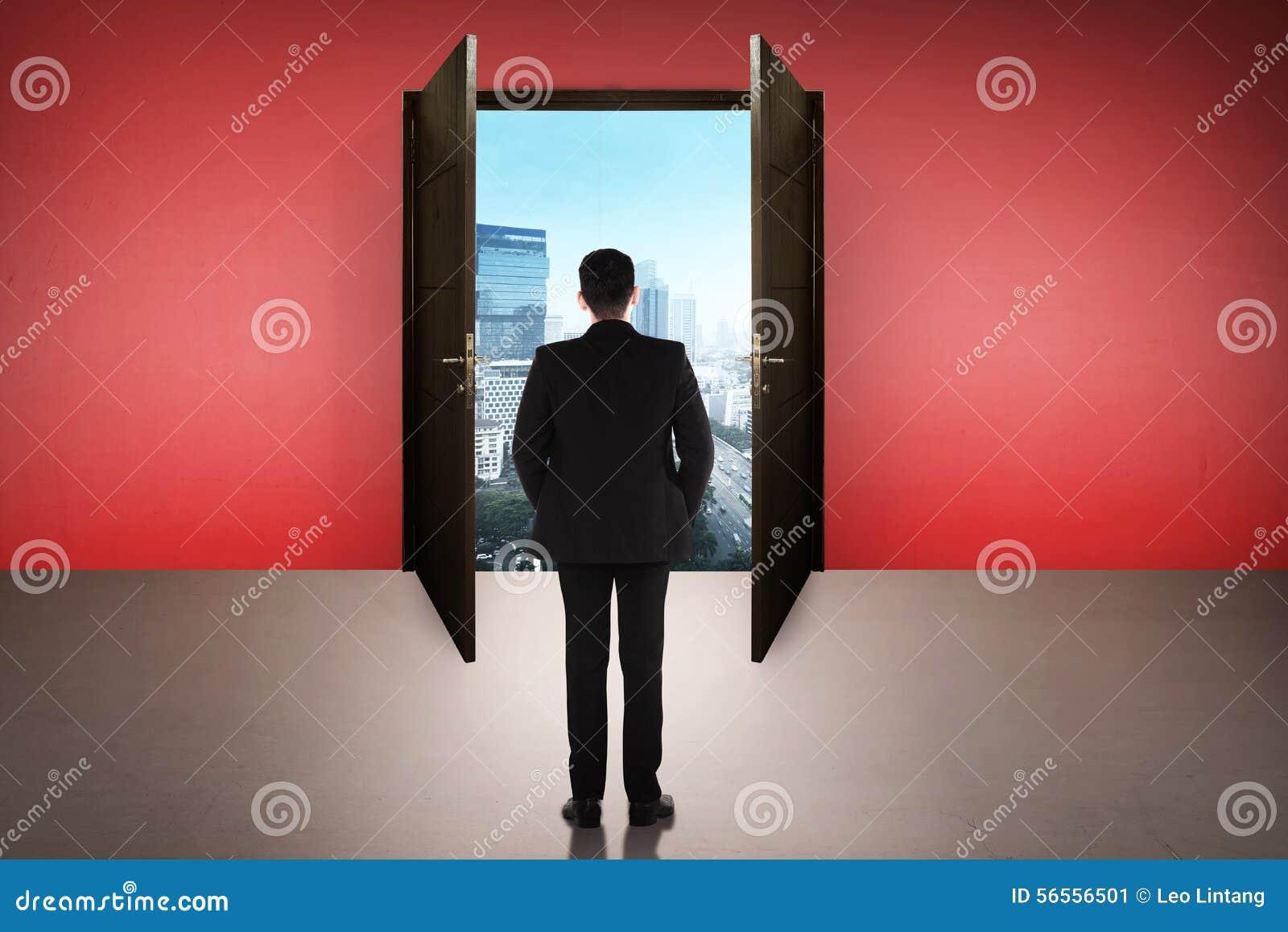 Download Επιχειρησιακό άτομο που πηγαίνει στη ανοιχτή πόρτα Στοκ Εικόνα - εικόνα από εννοιολογικός, επιχείρηση: 56556501