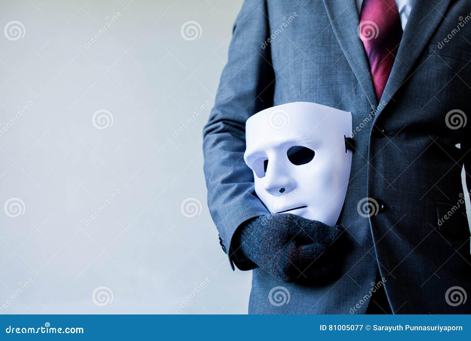 Επιχειρησιακό άτομο που φέρνει την άσπρη μάσκα στο σώμα του που δείχνει την επιχειρησιακή απάτη και που επινοεί την επιχειρησιακή