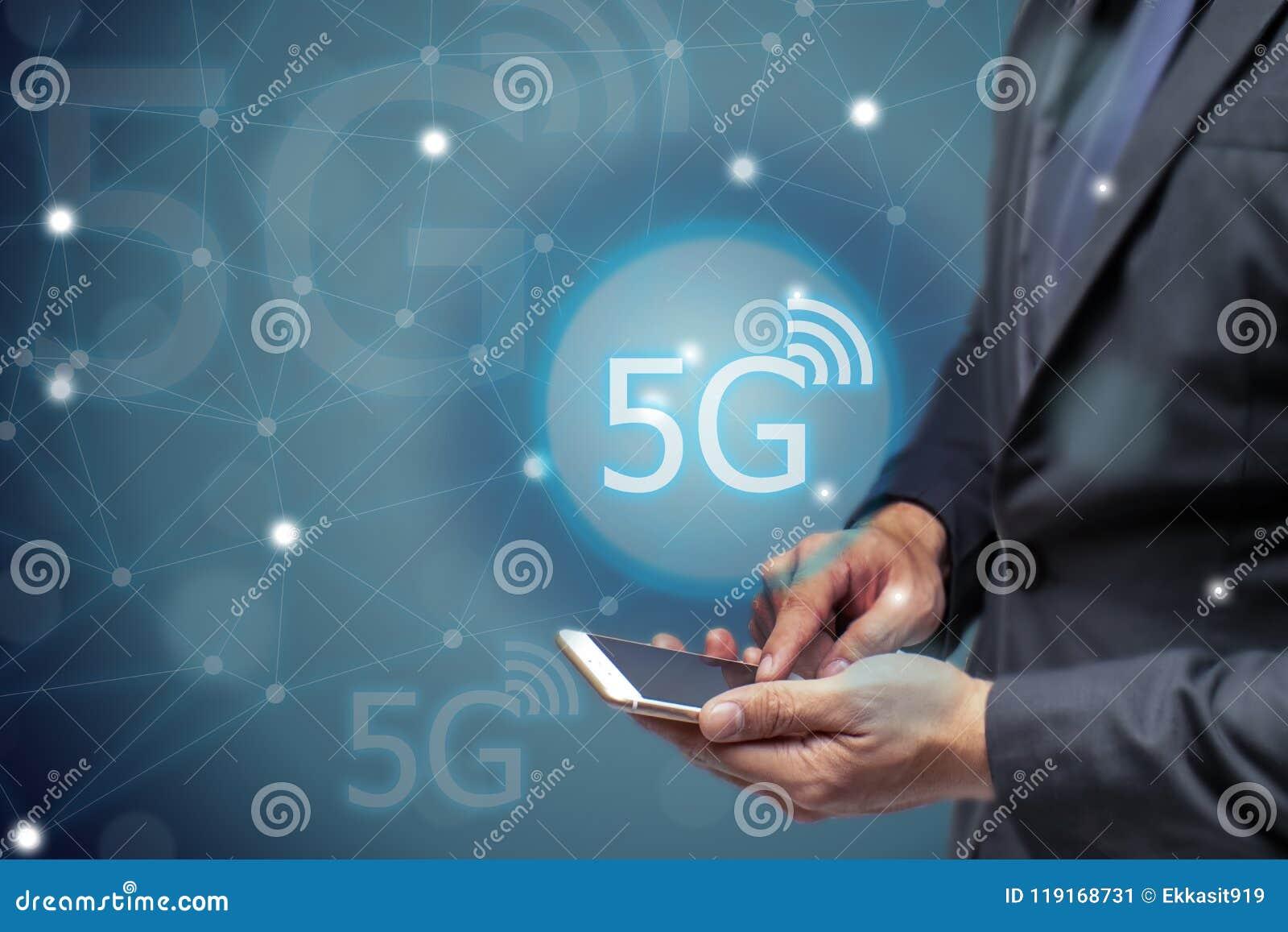 Επιχειρησιακό άτομο που χρησιμοποιεί το κινητό τηλέφωνο με 5g τη ασύρματη τεχνολογία δικτύων για να συνδέσει κάθε επικοινωνία, io