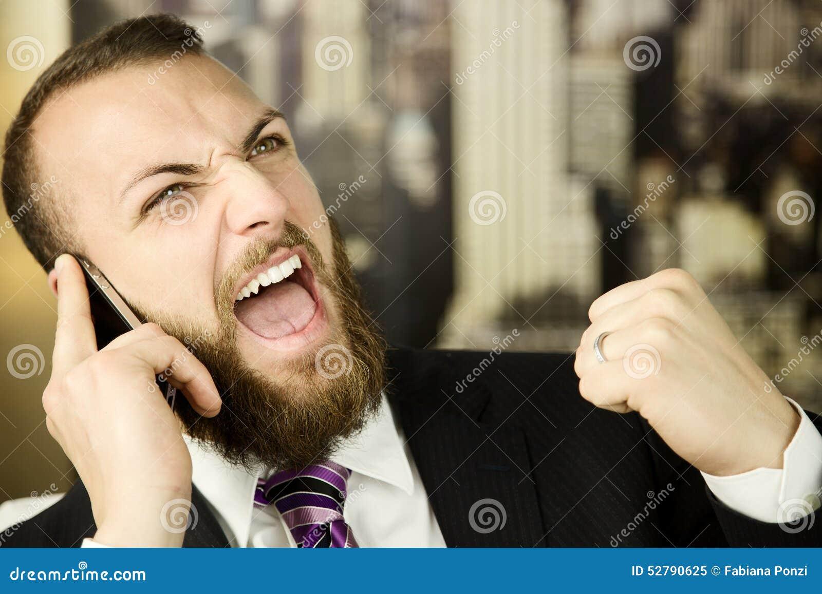 Επιχειρησιακό άτομο στο τηλέφωνο που αισθάνεται την επιτυχία