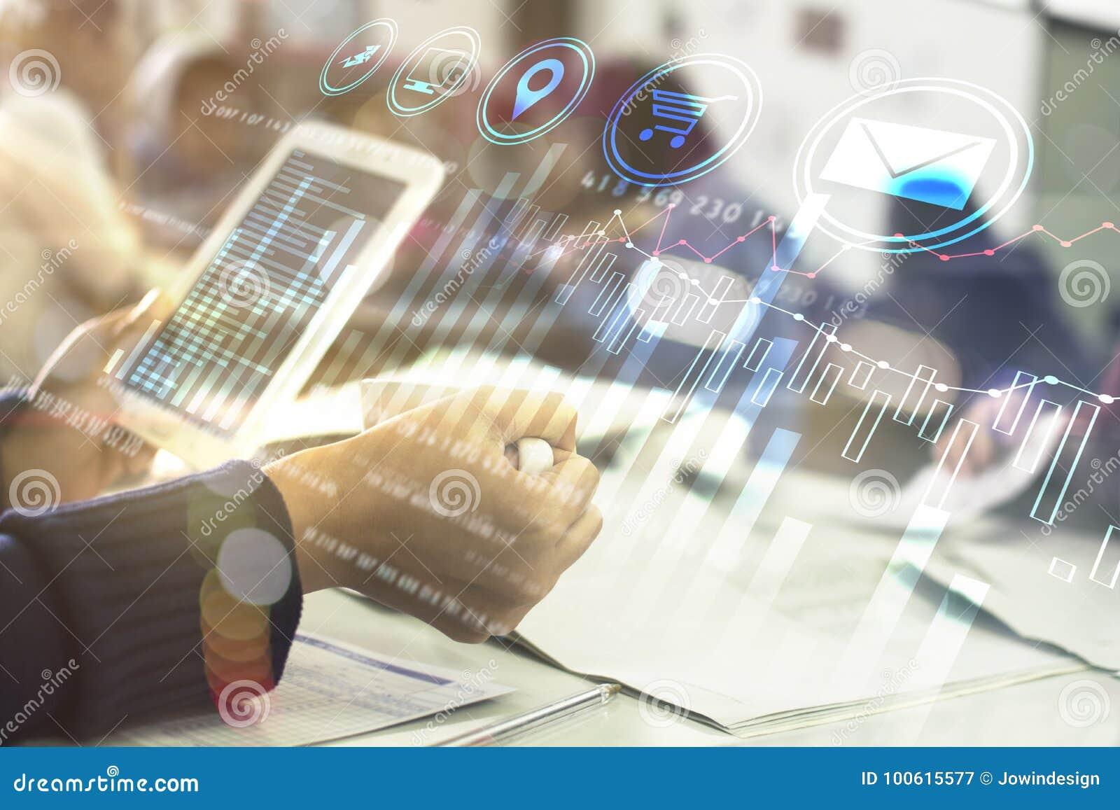 Επιχειρησιακό χέρι που λειτουργεί με το νέο σύγχρονο υπολογιστή