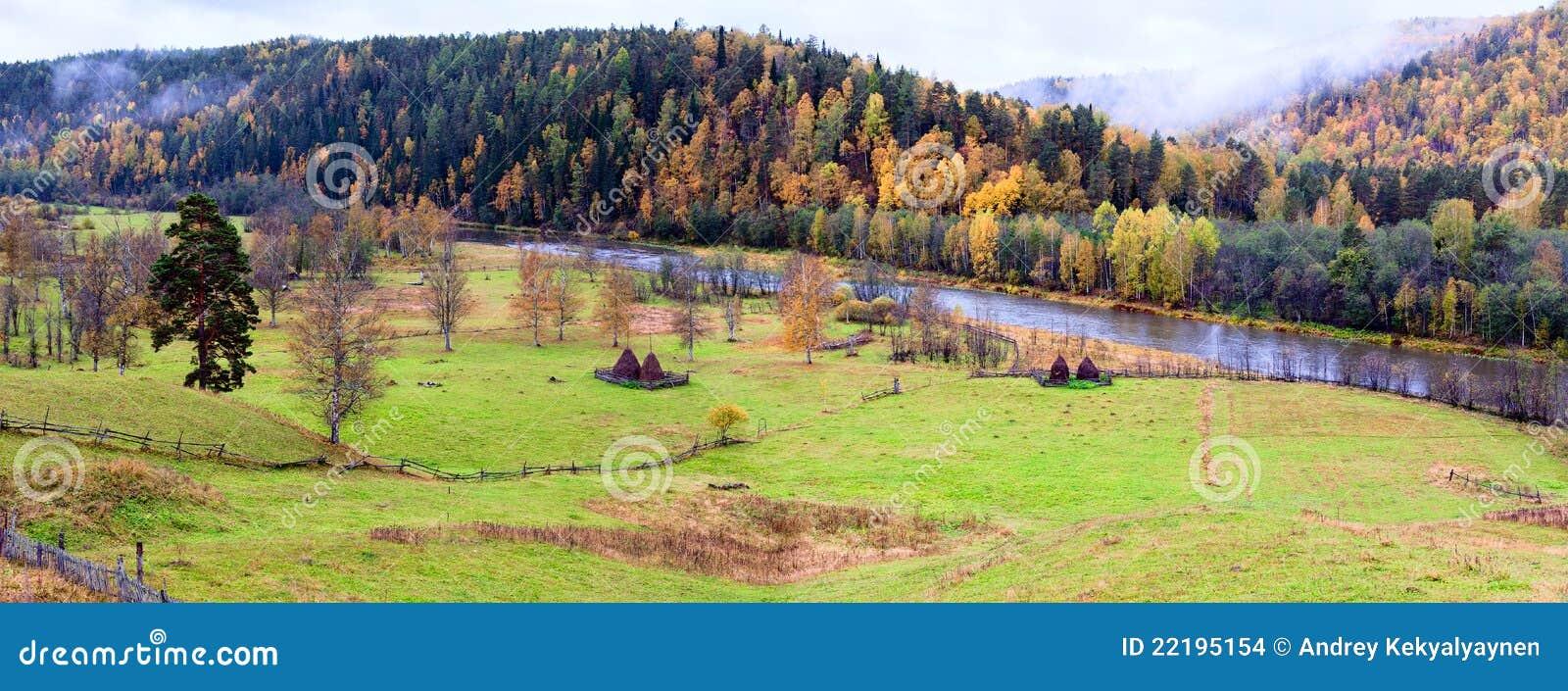 εποχή βουνών τοπίων χρώματος φθινοπώρου