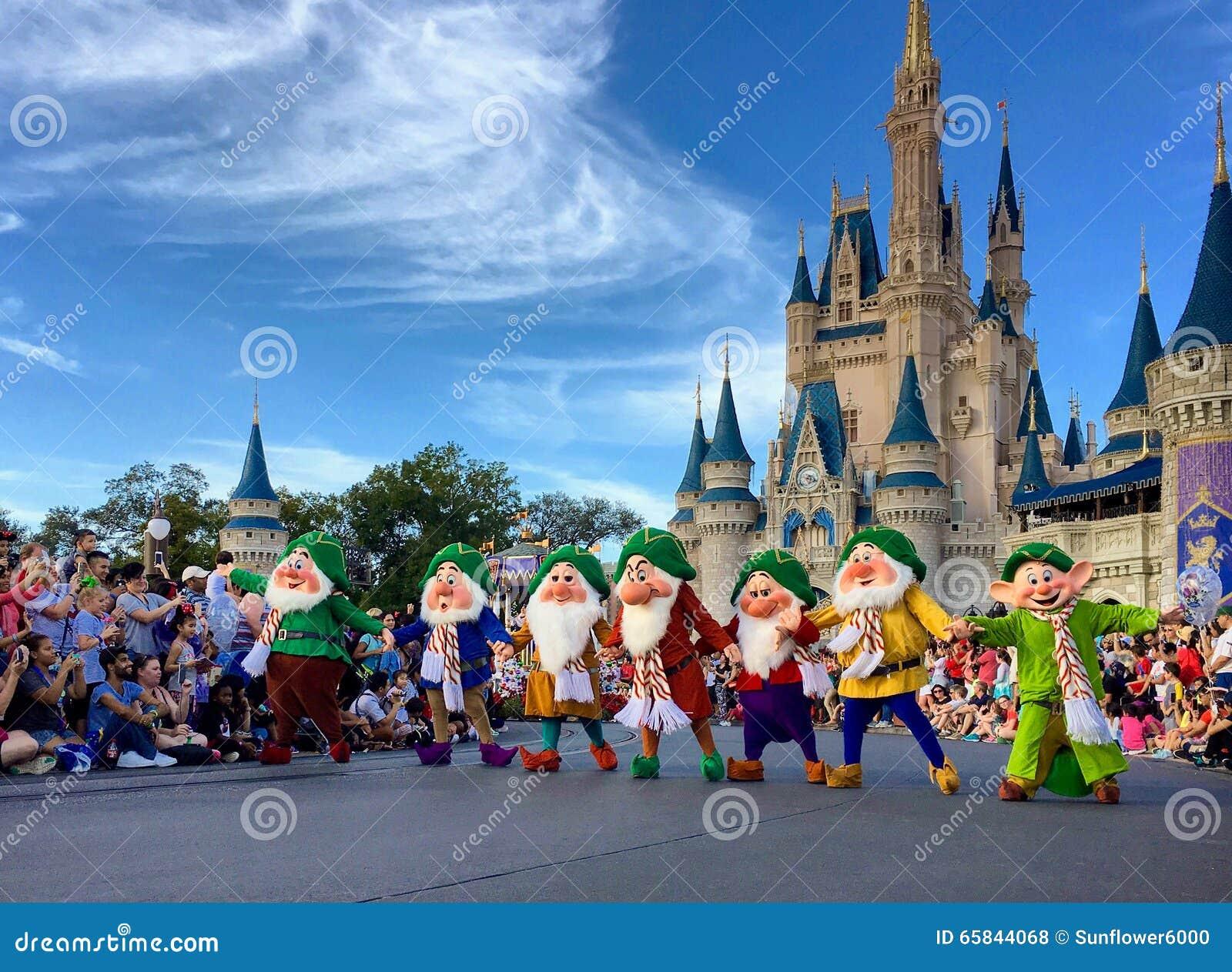 Επτά νάνοι που στην παγκόσμια γιορτή Χριστουγέννων Walt Disney