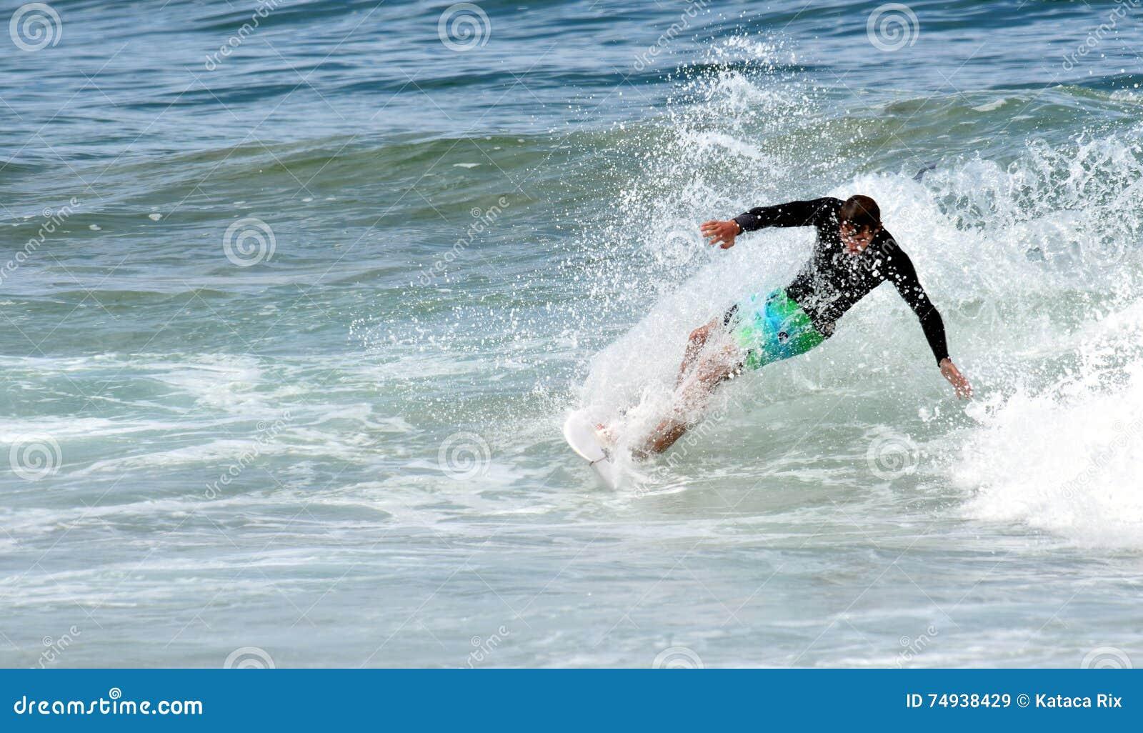 Ερασιτέχνης surfer που κάνει σερφ στην παραλία