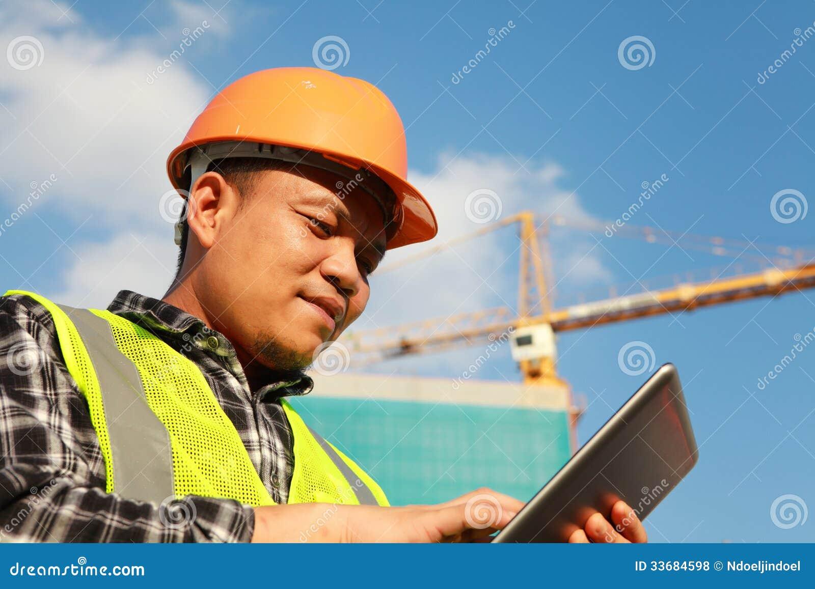 Εργάτης οικοδομών που χρησιμοποιεί την ψηφιακή ταμπλέτα