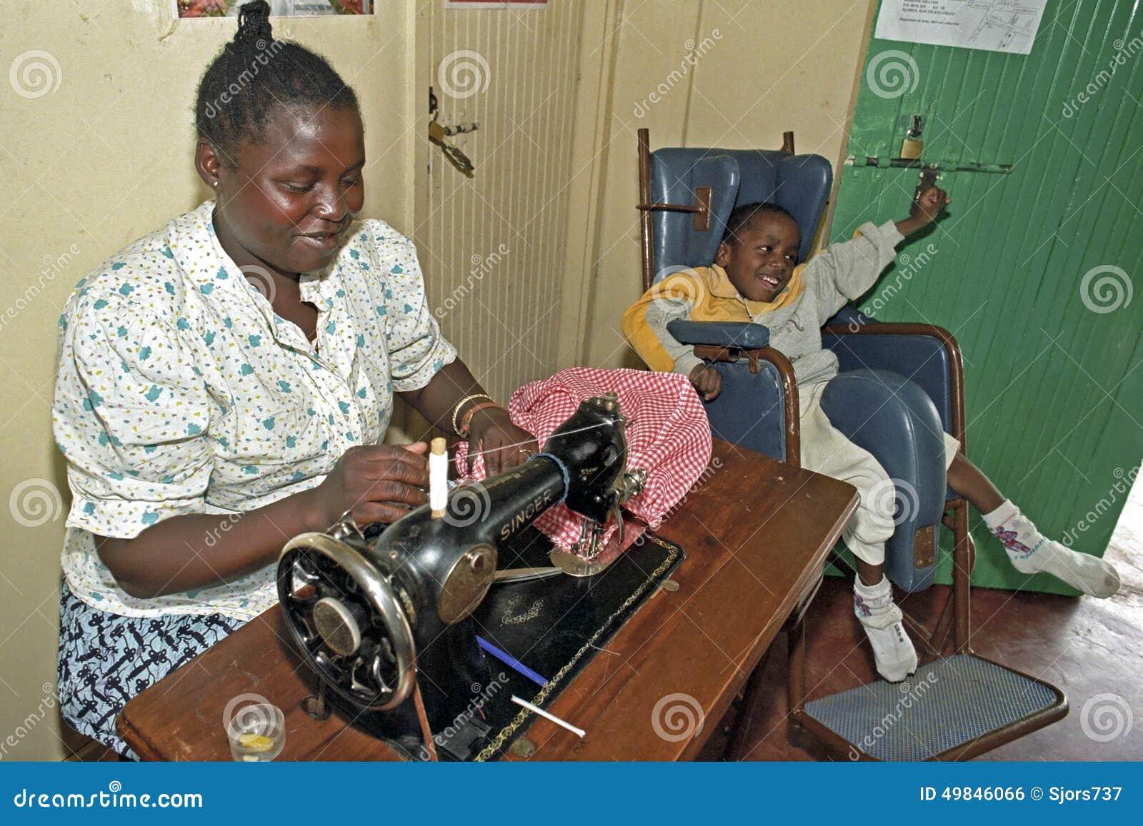 Εργαζόμενη κενυατική γυναίκα με το με ειδικές ανάγκες παιδί, Ναϊρόμπι