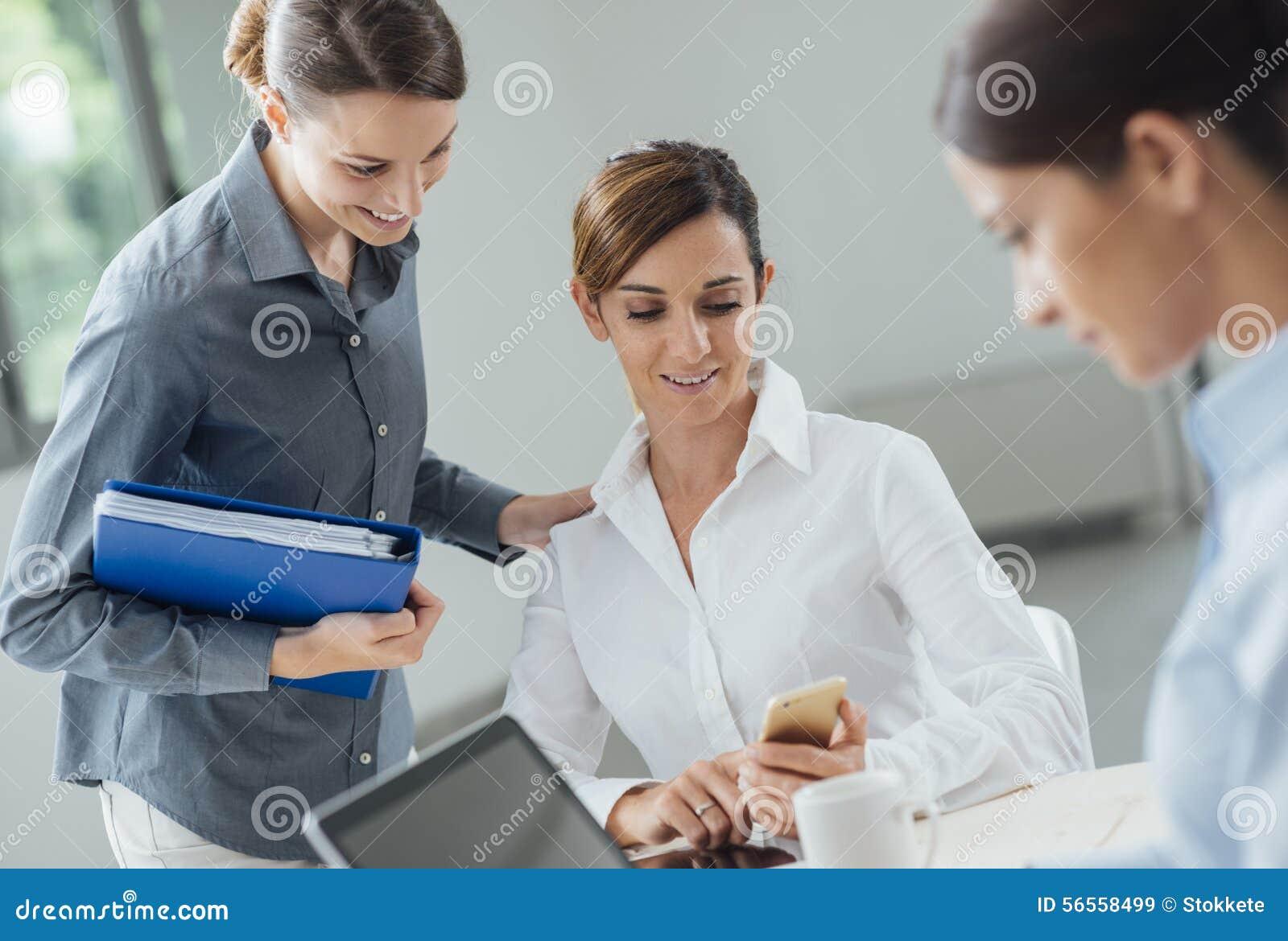 Download Εργαζόμενοι γραφείων θηλυκών στο γραφείο Στοκ Εικόνα - εικόνα από αποστολικό, lap: 56558499