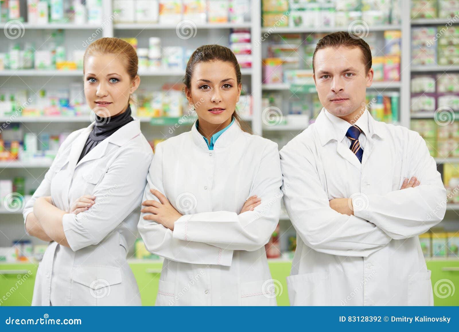 Εργαζόμενοι γυναικών και ανδρών Pharmaceutist στο φαρμακείο