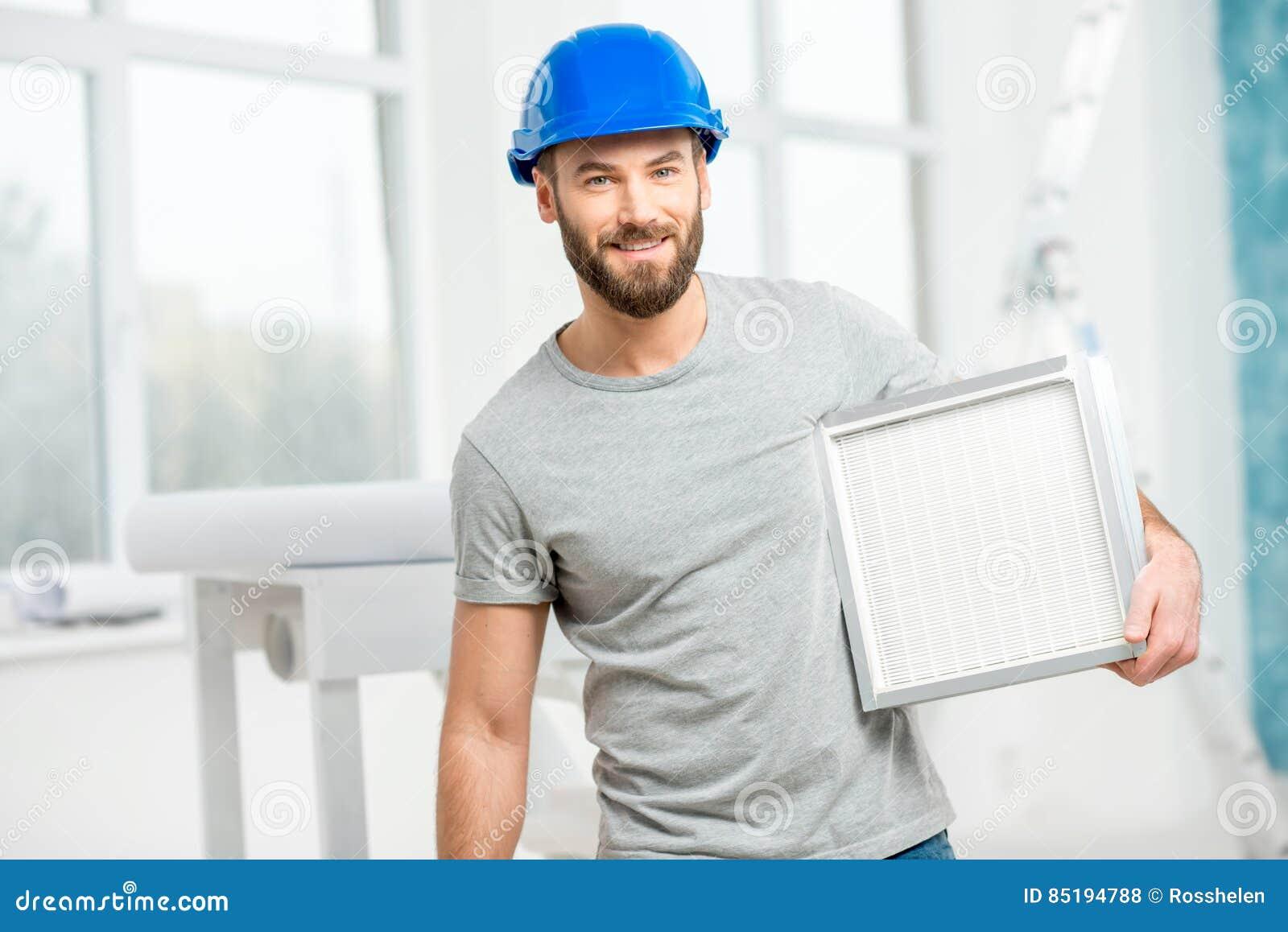 Εργαζόμενος με το φίλτρο αέρα