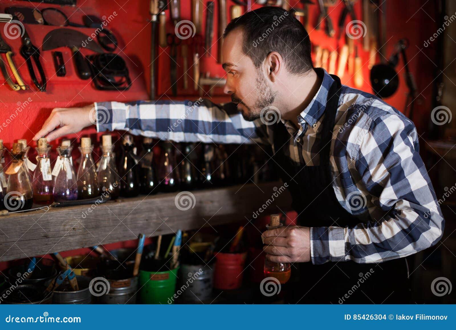 Εργαζόμενος που επιλέγει τη χρωστική ουσία