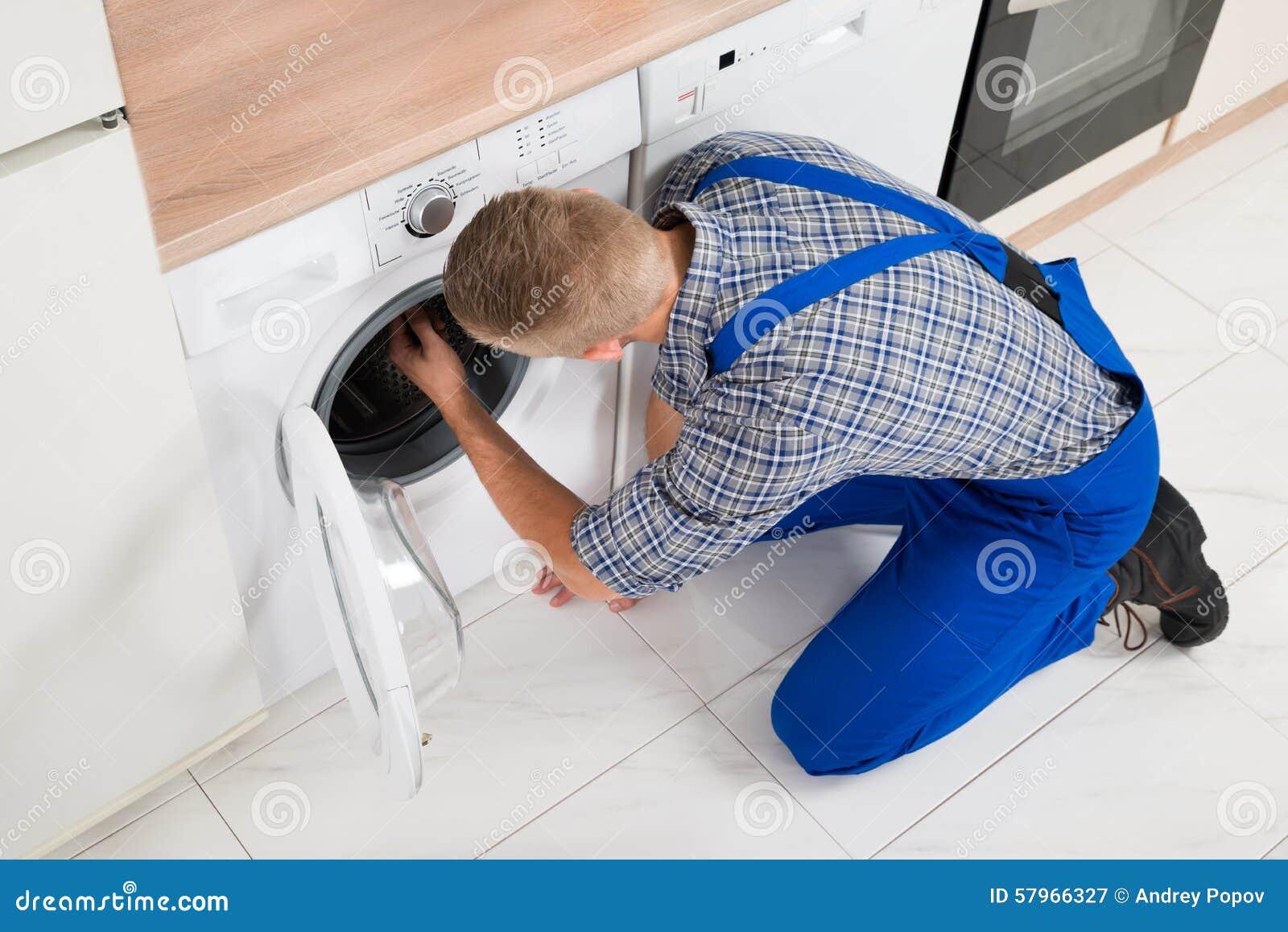 Εργαζόμενος που κάνει το πλυντήριο