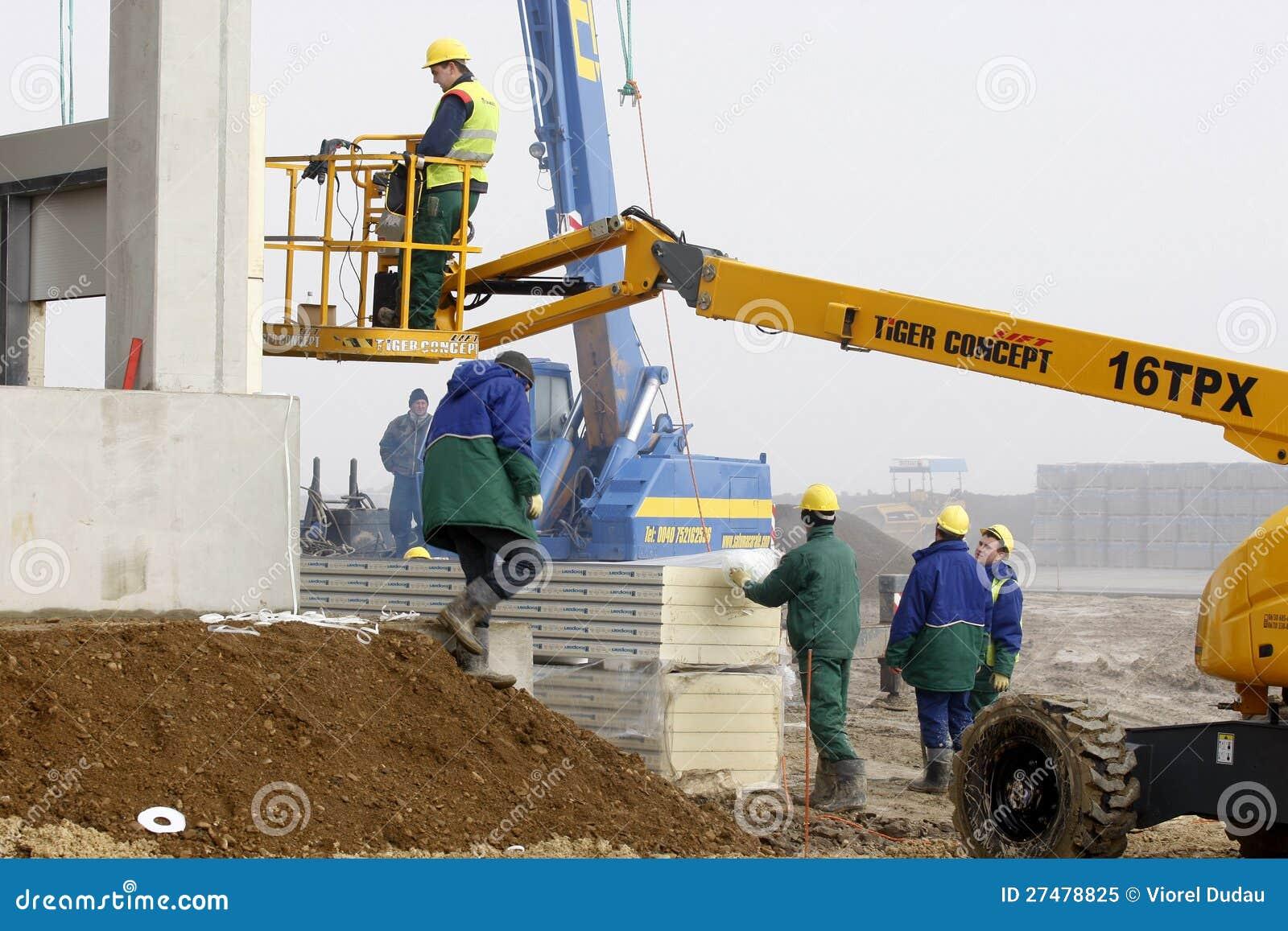 Εργαζόμενος στη συλλεκτική μηχανή κερασιών στο εργοτάξιο οικοδομής