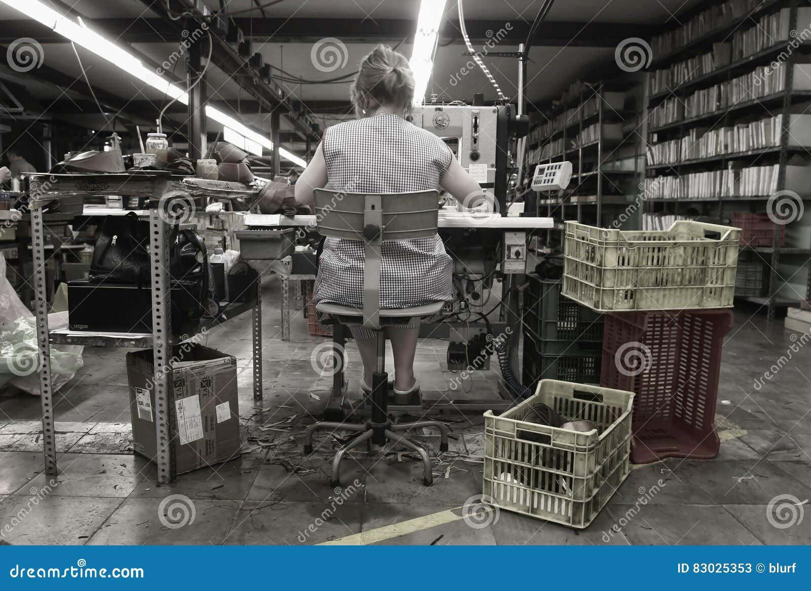 Εργαζόμενος στη χειροποίητη αποθήκη εμπορευμάτων κατασκευής υποδημάτων