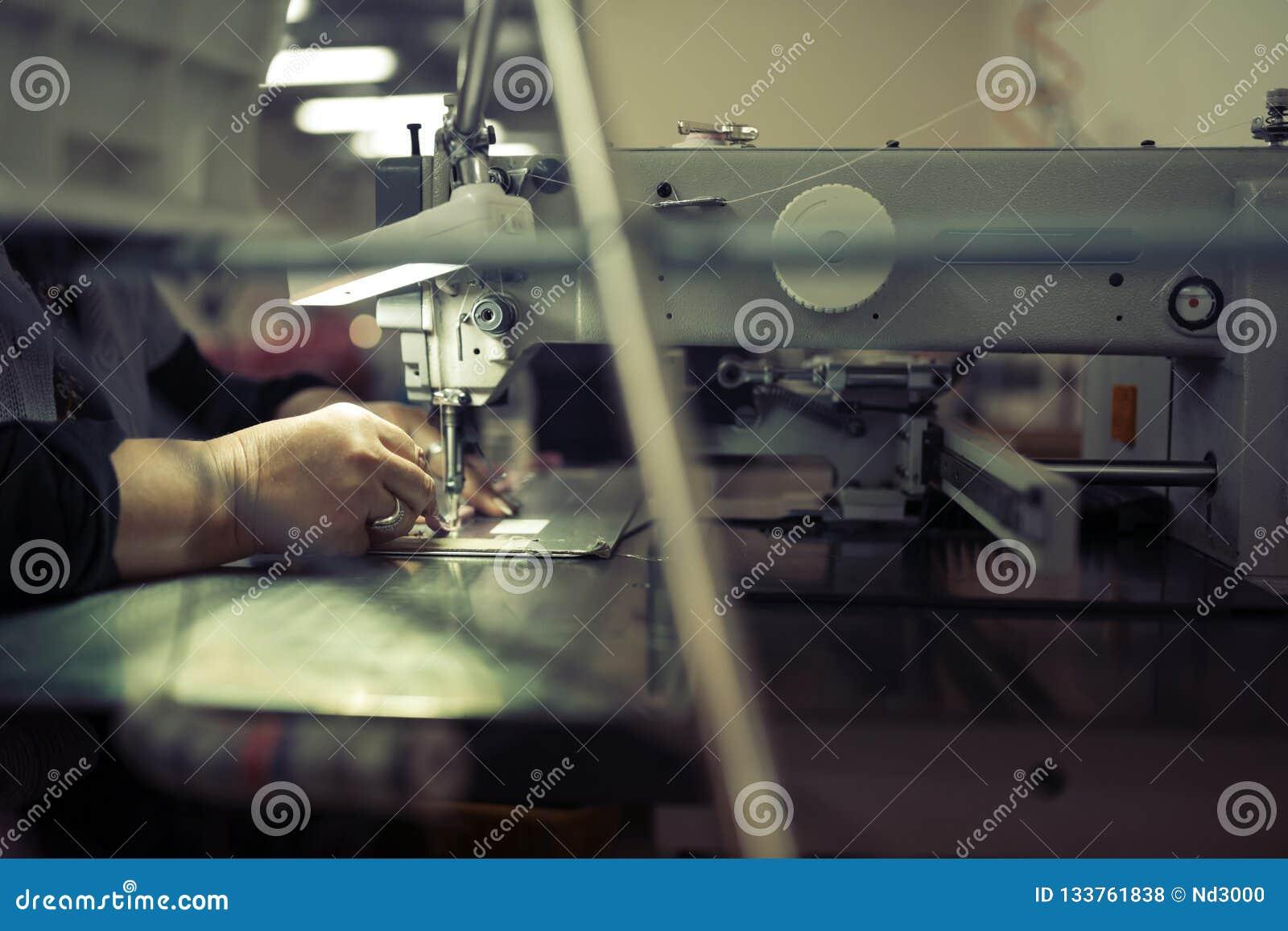 Εργαζόμενος στο ράψιμο βιομηχανίας κλωστοϋφαντουργίας